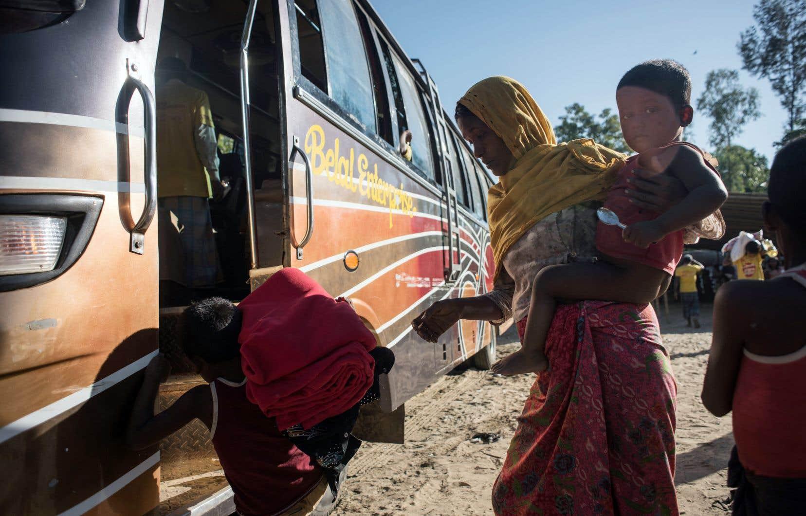 Des Rohingyas embarquent dans un bus avant de se rendre dans un camp de réfugiés après leur arrivée du Myanmar, près de Shah Barir Dip à Cox's bazar au Bangladesh, en décembre dernier.