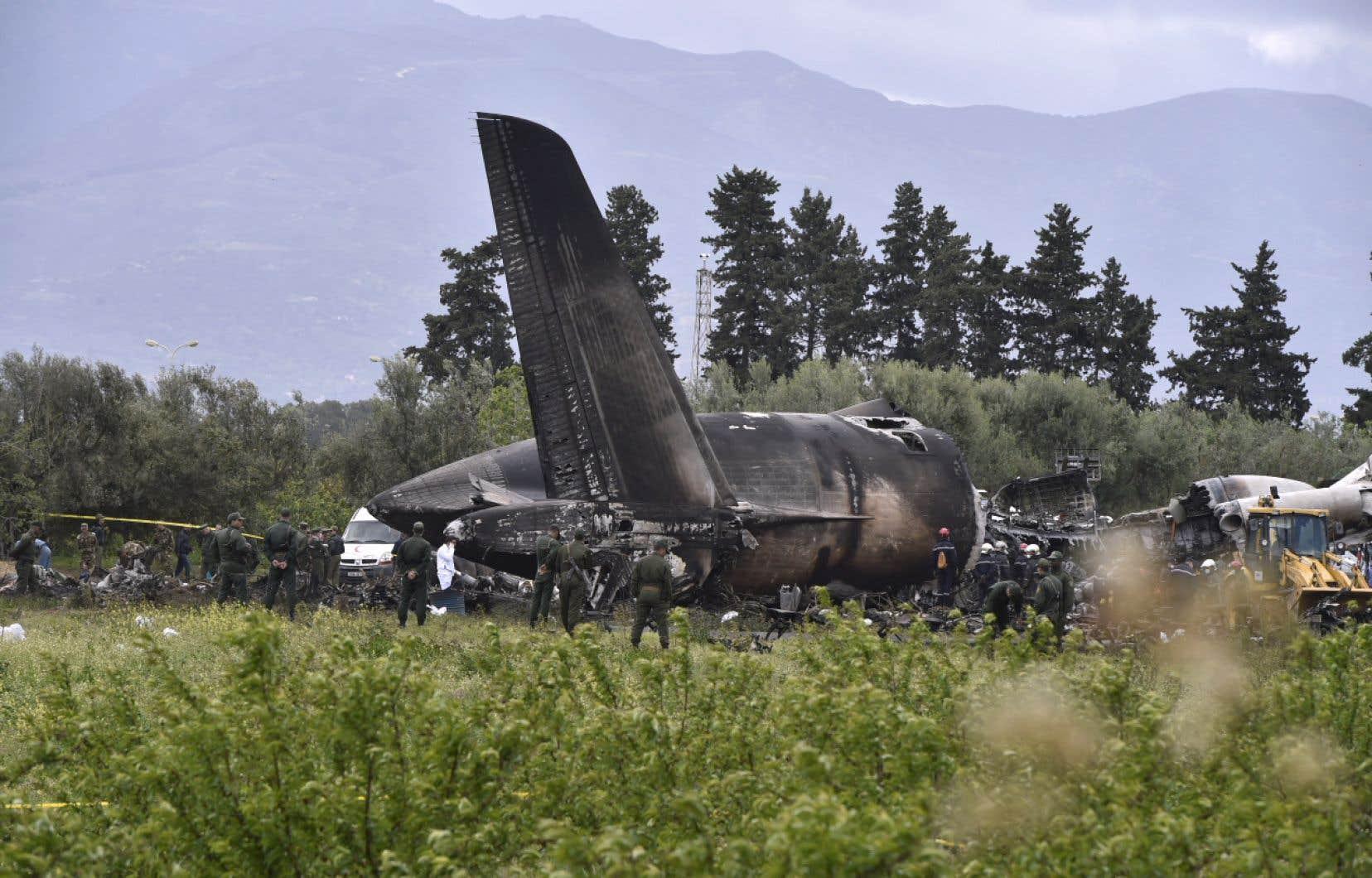 Un photographe de l'AFP sur place pouvait voir l'épave calcinée et noircie de l'appareil dans une zone inhabitée, un champ situé à une centaine de mètres des murs d'enceinte de la base aérienne.
