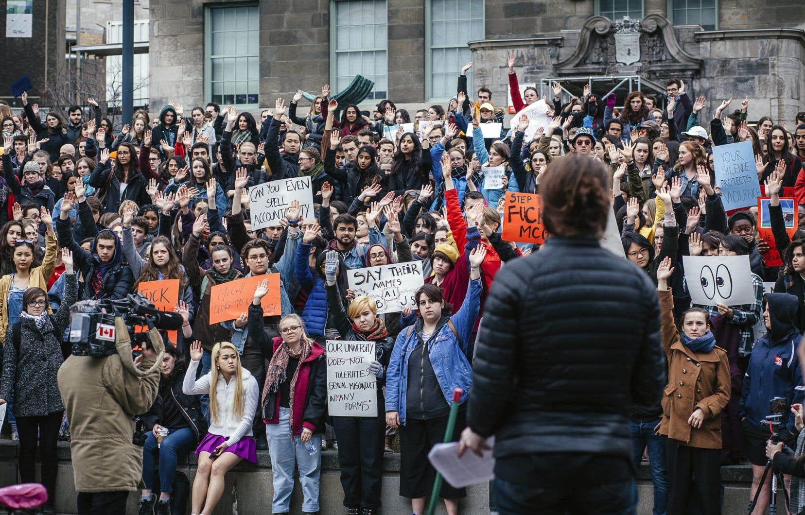 Quelques centaines d'étudiants ont manifesté mercredi après-midi pour fustiger la direction de McGill en la sommant de reconnaître le problème de harcèlement sexuel sur le campus.