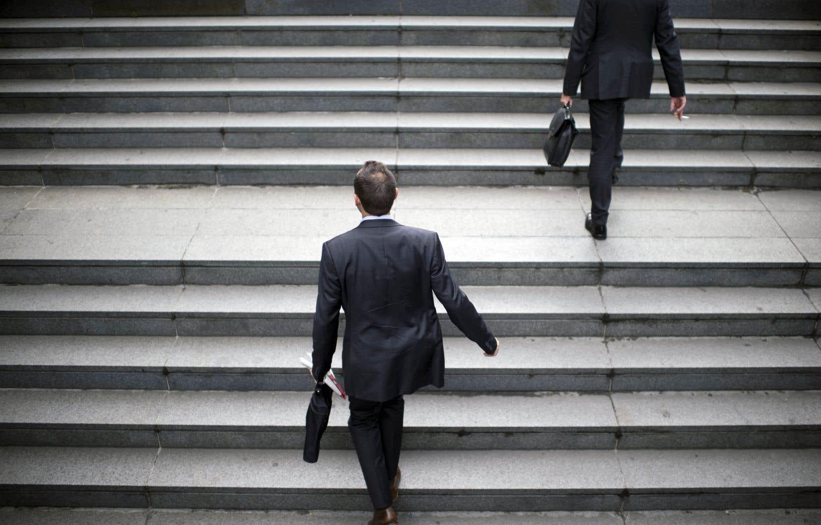 Dans les entreprises qui disent offrir des cellulaires gratuits, par exemple, les membres de la haute direction (96%) ont trois fois plus de chances d'en avoir un que l'ensemble des employés (32%).