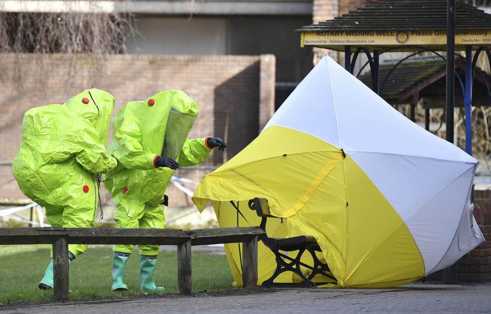 Les membres des services d'urgence devant le banc où l'ex-espionSergueï Skripal et sa fille Ioulia ont été retrouvés, à Salisbury.