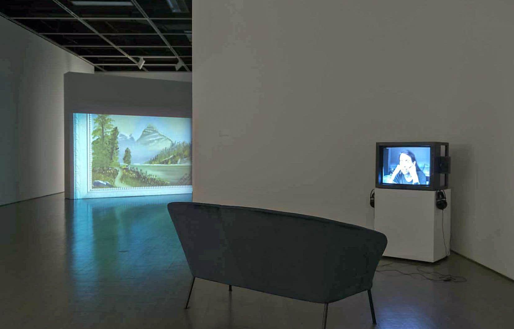 Vue de l'exposition «Qui parle?/Who Speaks?» avec, de gauche à droite, «Mount Rundle», deJo-Anne Balcaen,2014, et «Fifty Minutes», deMoyra Davey, 2006.
