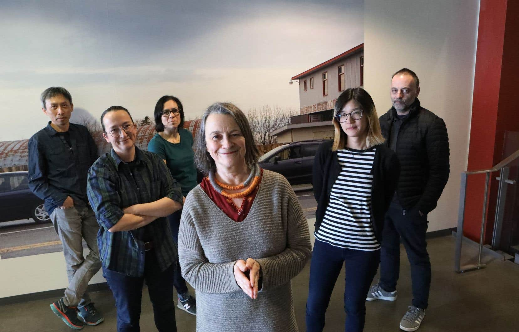 Aucun collectif d'artistes ne ressemble à Outre-vie. Et le groupe fondé en 2013 par la photographe Raymonde April (au centre) ne se démarque pas que par le nombre impressionnant de ses membres.