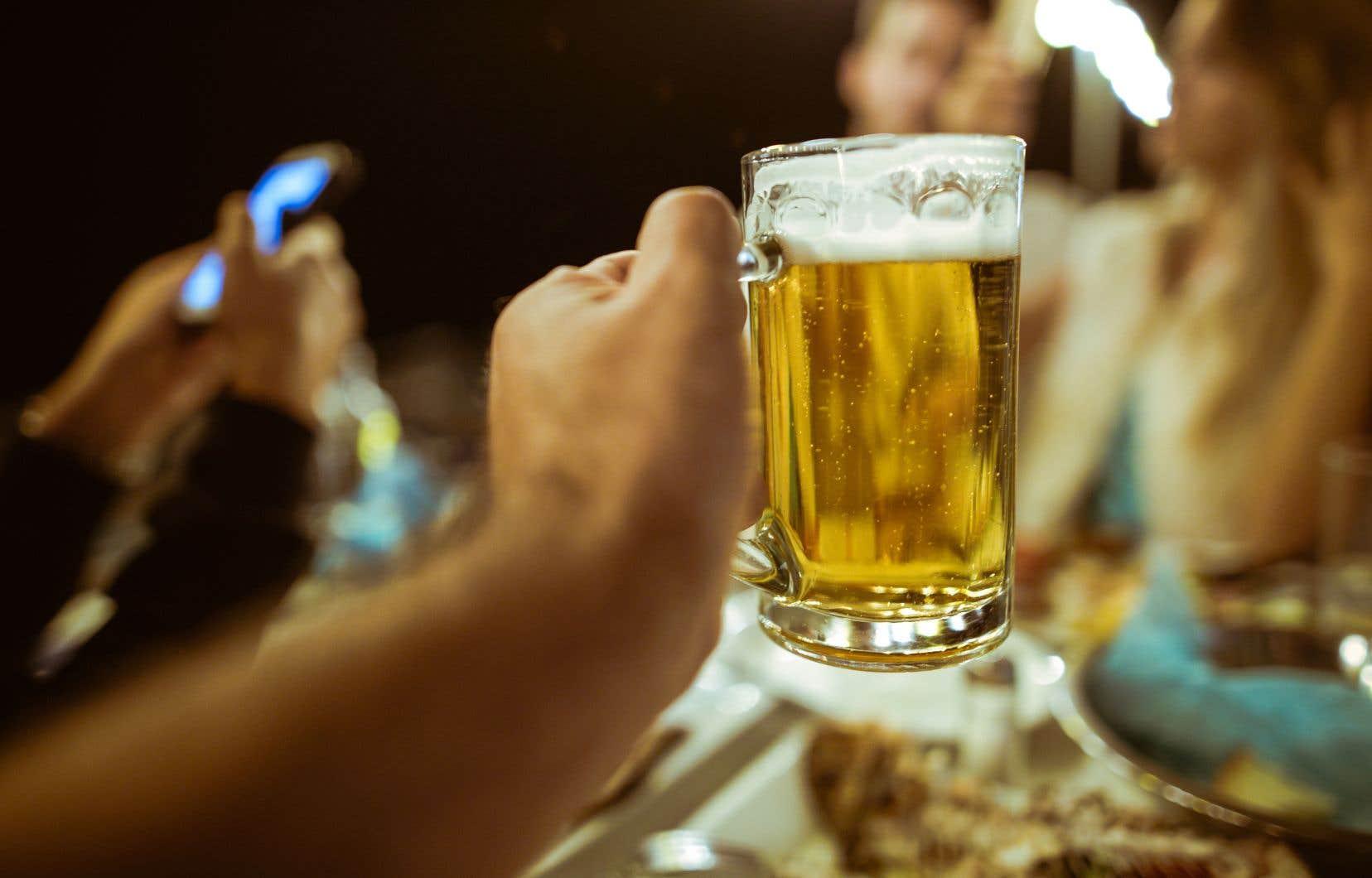 Selon l'étude, mieux vaut consommer environ sept verres standards canadiens d'alcool ou moins par semaine pour minimiser les risques pour la santé.
