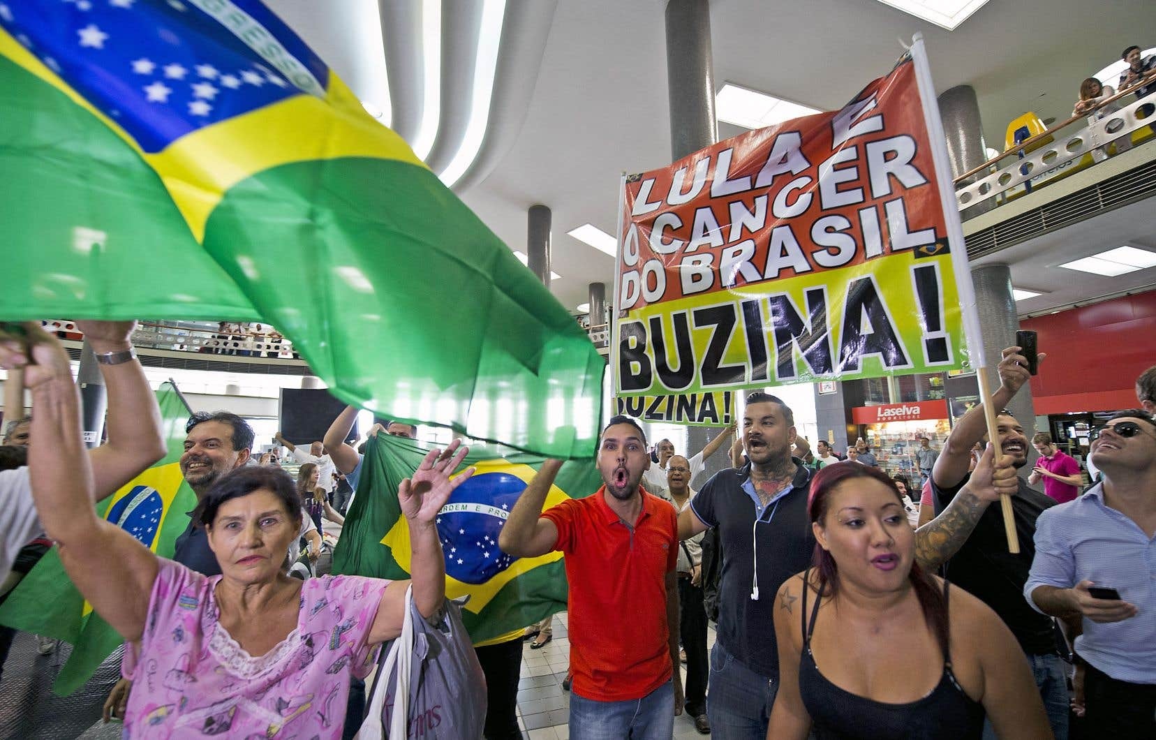 Manifestation contre l'ancien président Lula au Brésil. Le complexe tissu de corruption au pays montre comment la corruption érode les systèmes politiques et creuse sa crédibilité, selon l'auteur.