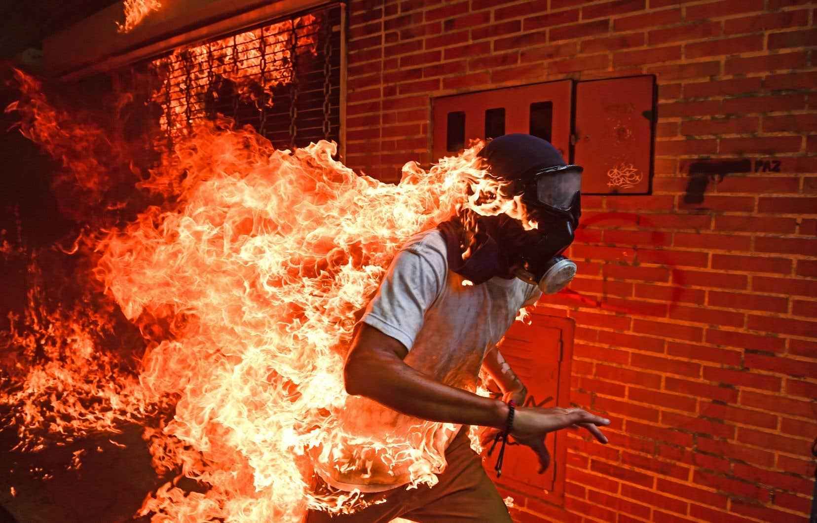 En mai 2017,le réservoir d'une moto explosait à quelques mètres du photographe, transformant en torche humaine un manifestant de 28ans, Victor Salazar, sorti vivant du drame.