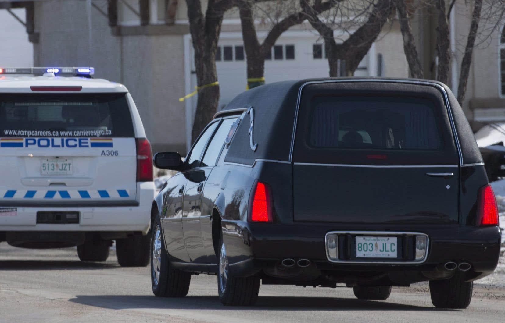Un corbillard transporte la dépouille de Jacob Leicht à Humboldt, en Saskatchewan. Le jeune homme de 19 ans compte parmi les 16 occupants de l'autocar des Broncos qui ont perdu la vie dans la collision avec un semi-remorque.