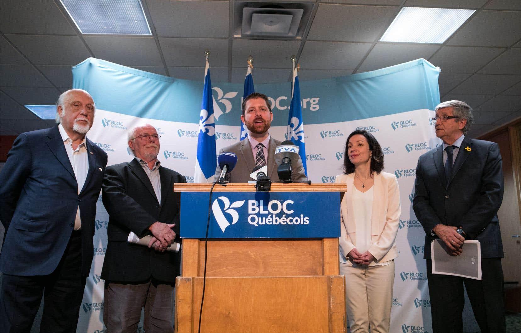 Gilbert Paquette, Alain Marginean, Xavier Barsalou-Duval, député fédéral de Pierre-Boucher–Les Patriotes–Verchères, Martine Ouellet et Denis Monière lors d'un point de presse du Bloc québécois.