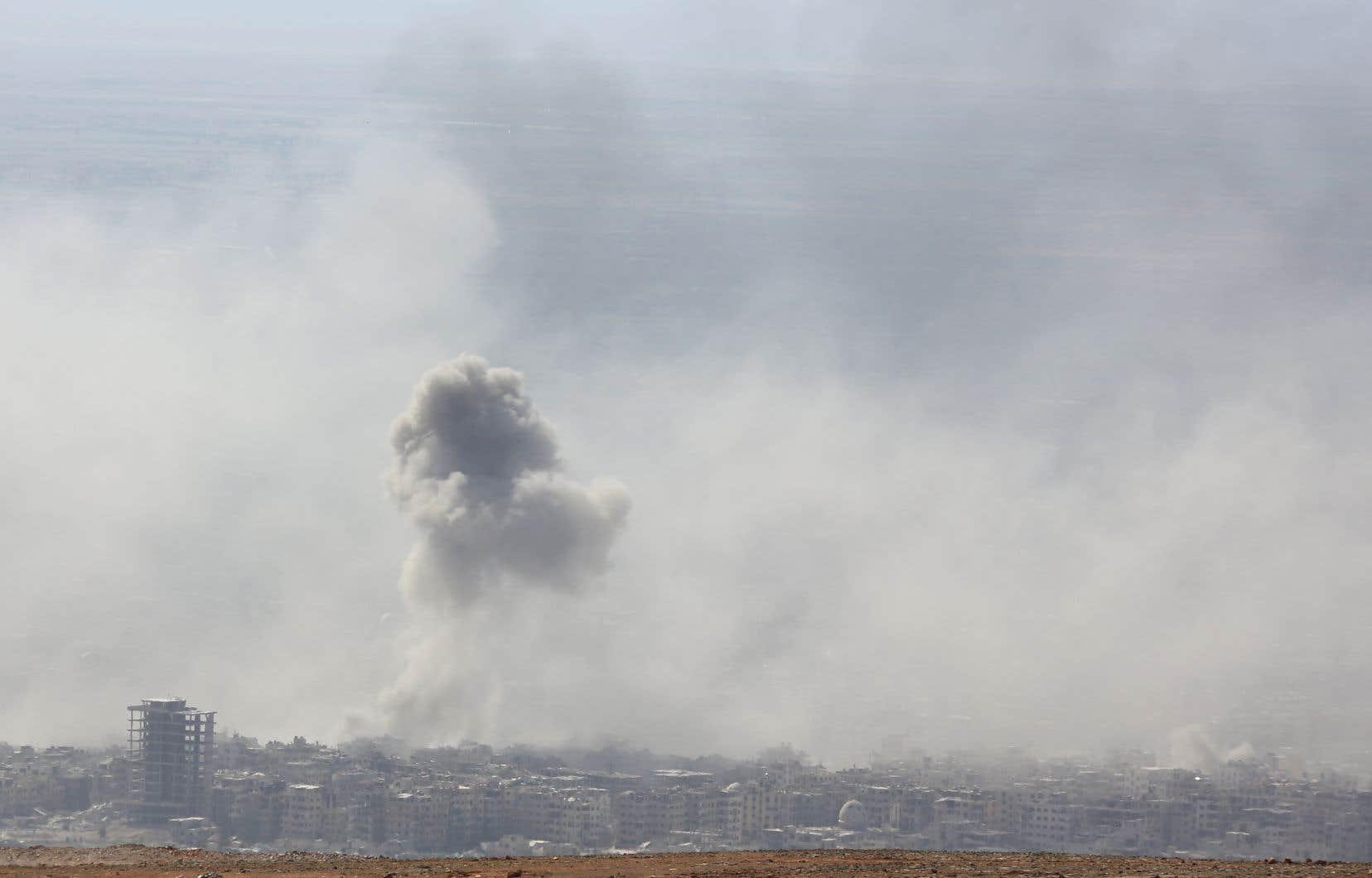 Un panache de fumée s'élève au-dessus de la ville de Douma, en Ghouta orientale, où se serait produite l'attaque aux gaz toxiques du 7avril.