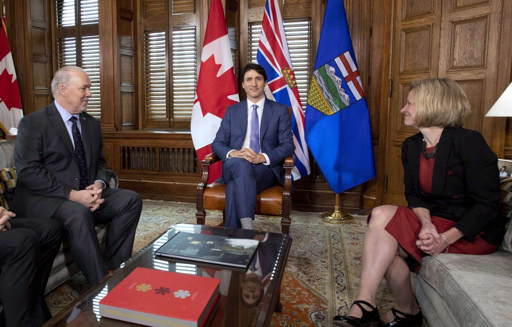Le premier ministre Justin Trudeau (au centre) ainsi que ses homologues provinciaux John Horgan et Rachel Notley, se sont réunis dimanche à Ottawa.