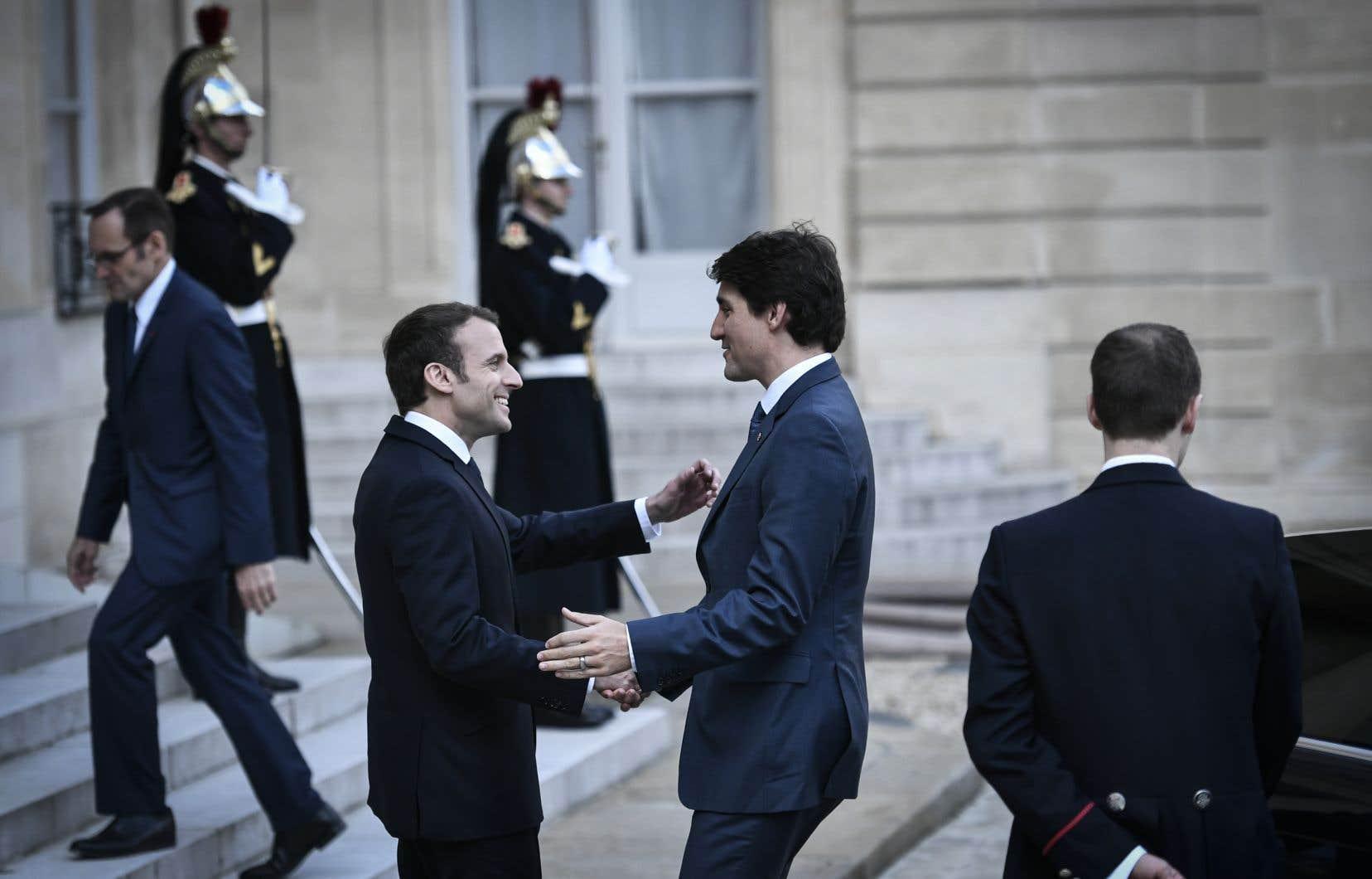 Justin Trudeau et Emmanuel Macron, âgés de 46 et 40 ans respectivement, affichent des visions politiques proches et projettent tous deux l'image d'un certain rajeunissement politique.