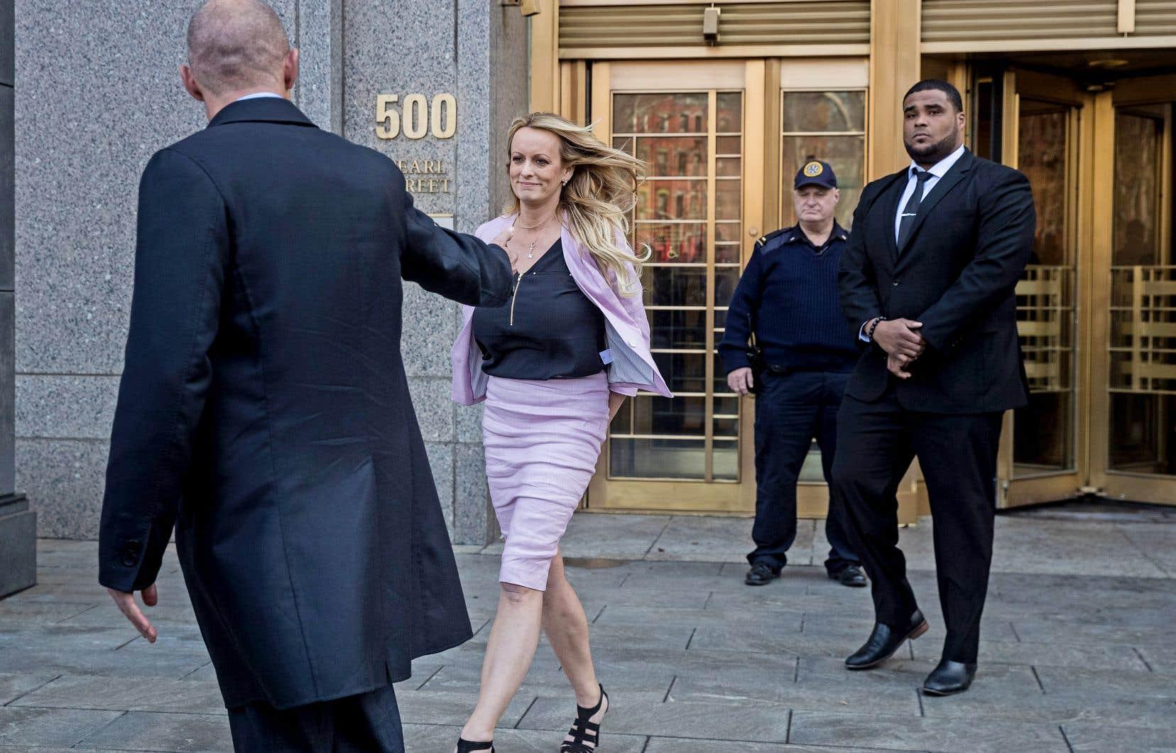 L'actrice de films pour adultes Stormy Daniels — Stephanie Clifford — a quitté de façon remarquée le tribunal fédéral de Manhattan, accompagnée de son avocat, Michael Avenatti (à gauche).