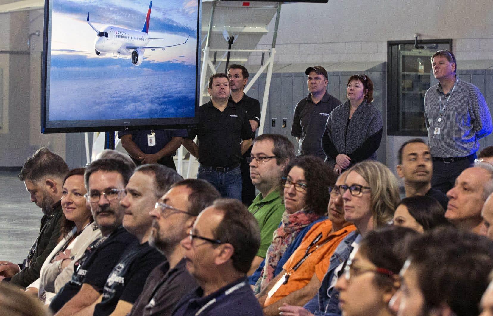 Des employés de Bombardier lors de l'annonce d'un contrat pour la CSeries en 2016