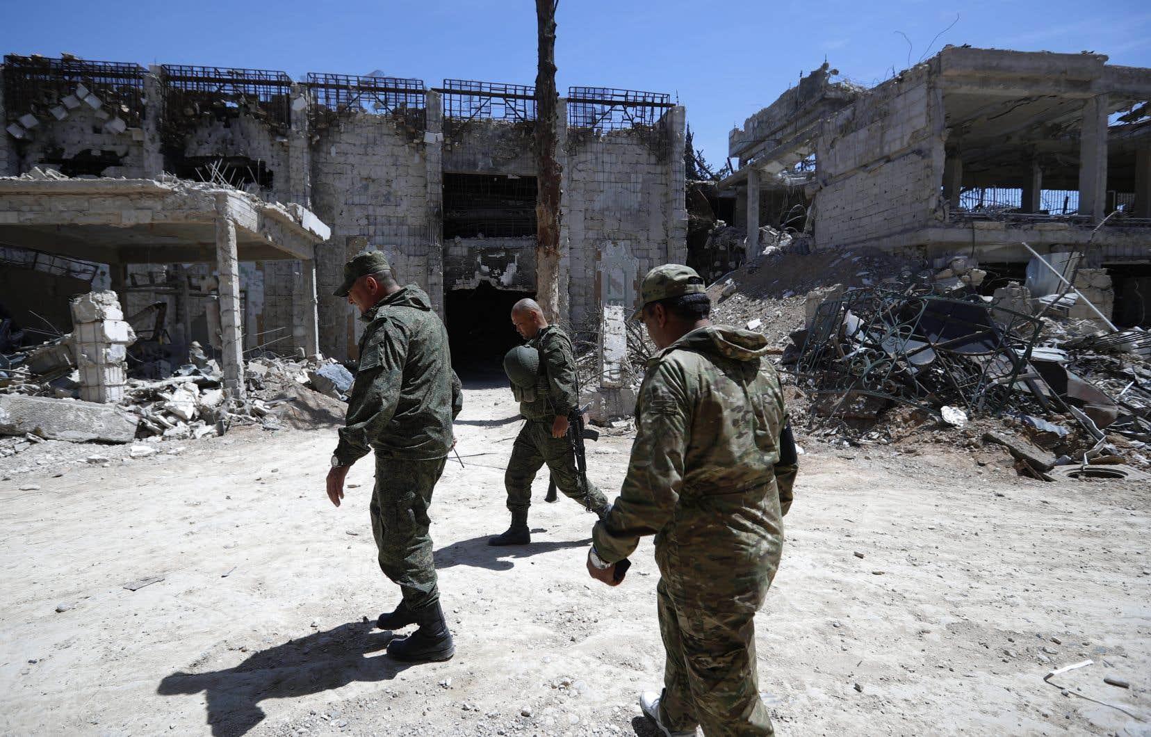 Des membres de la police militaire russe, dans la ville de Douma en Syrie
