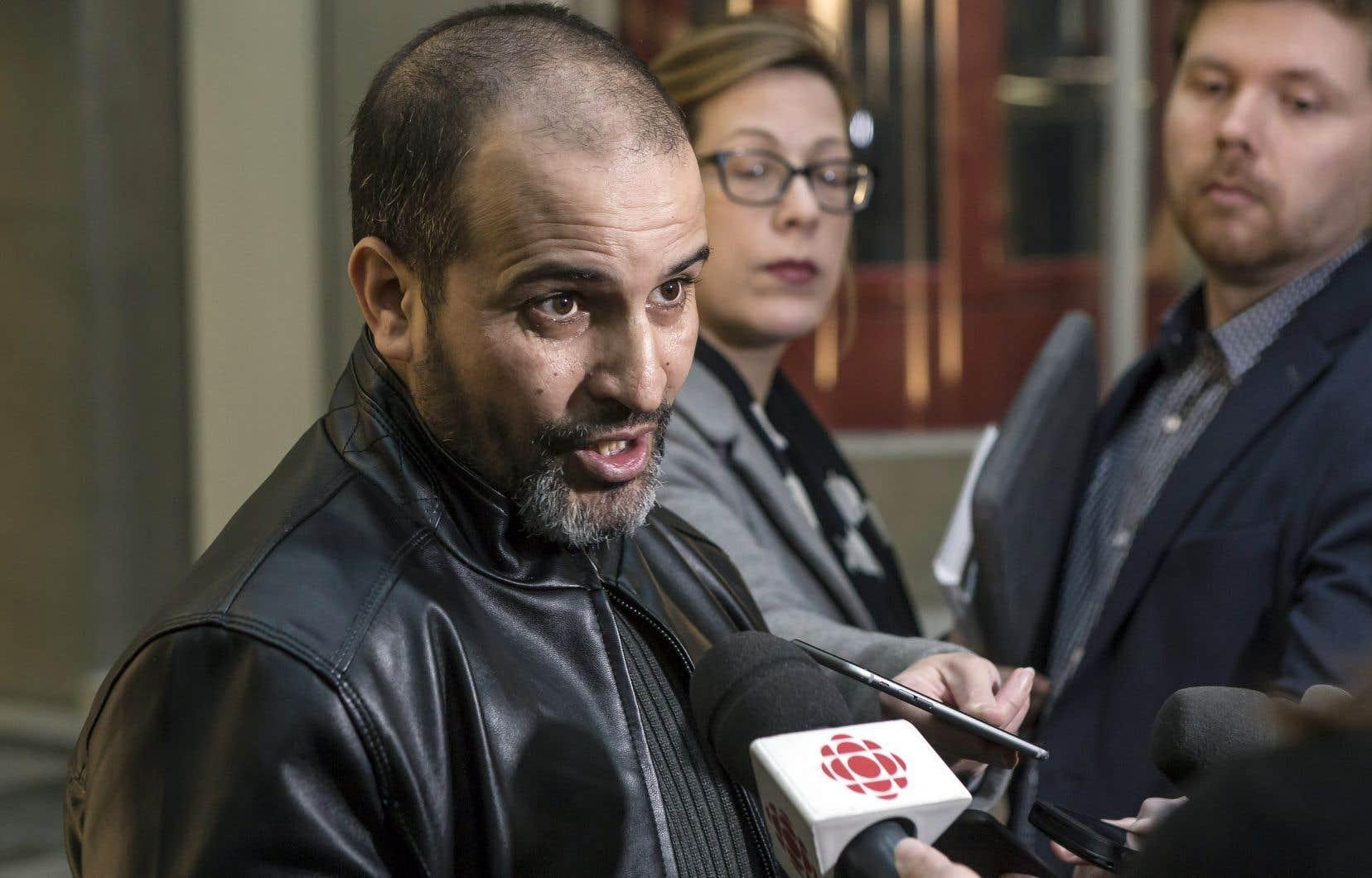 Mohamed Khabar, 43ans, n'a pas été en mesure de reprendre son emploi de barbier à la suite des blessures qu'il a subies, étant incapable de rester debout durant de longues périodes.