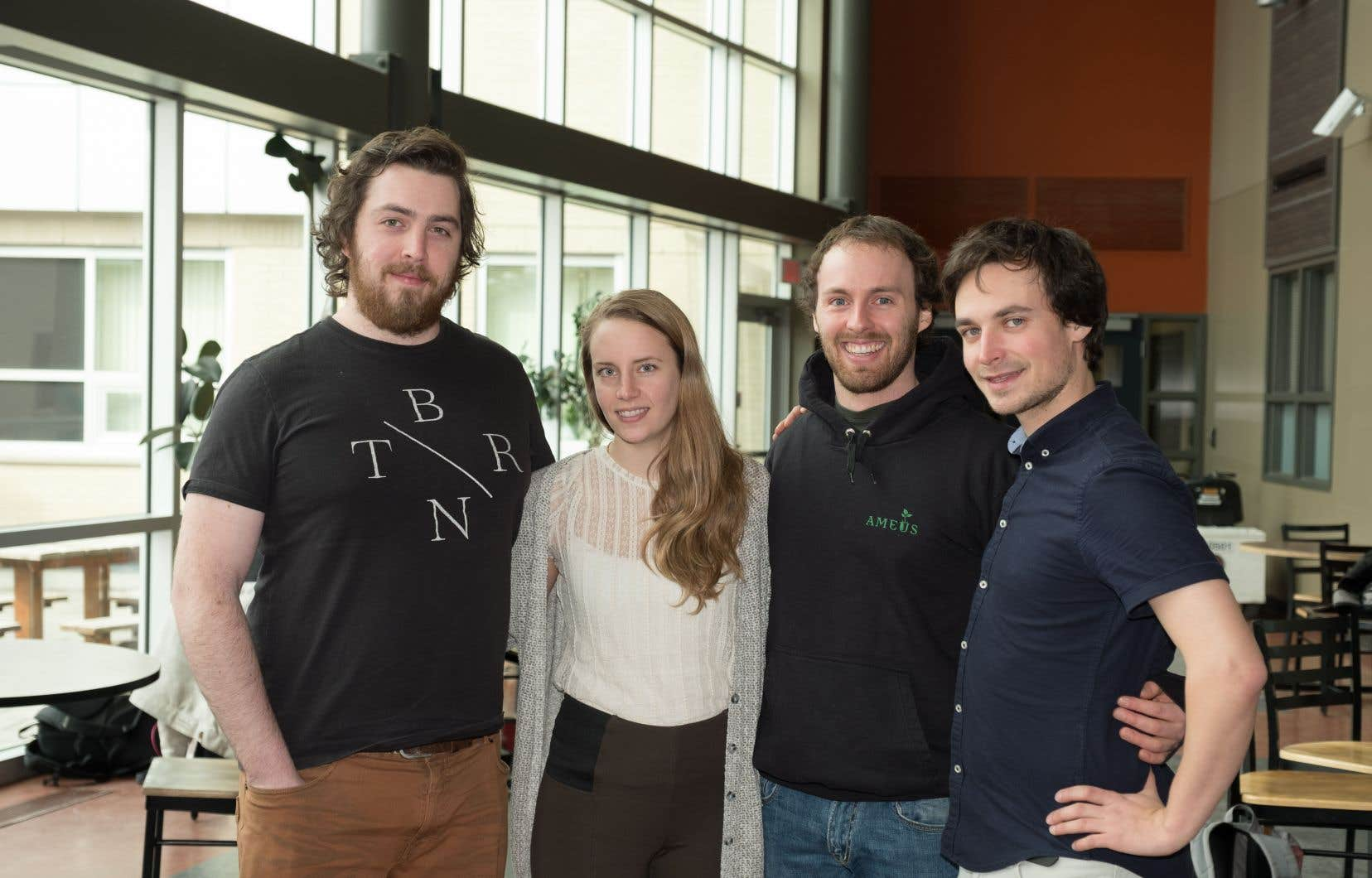 Raphaël Brunier, Patricia Côté, Dominic Roy et Gabriel Noël-Letendre, quatre des cinq finissants à la maîtrise qui ont créé une coopérative pour les professionnels en environnement