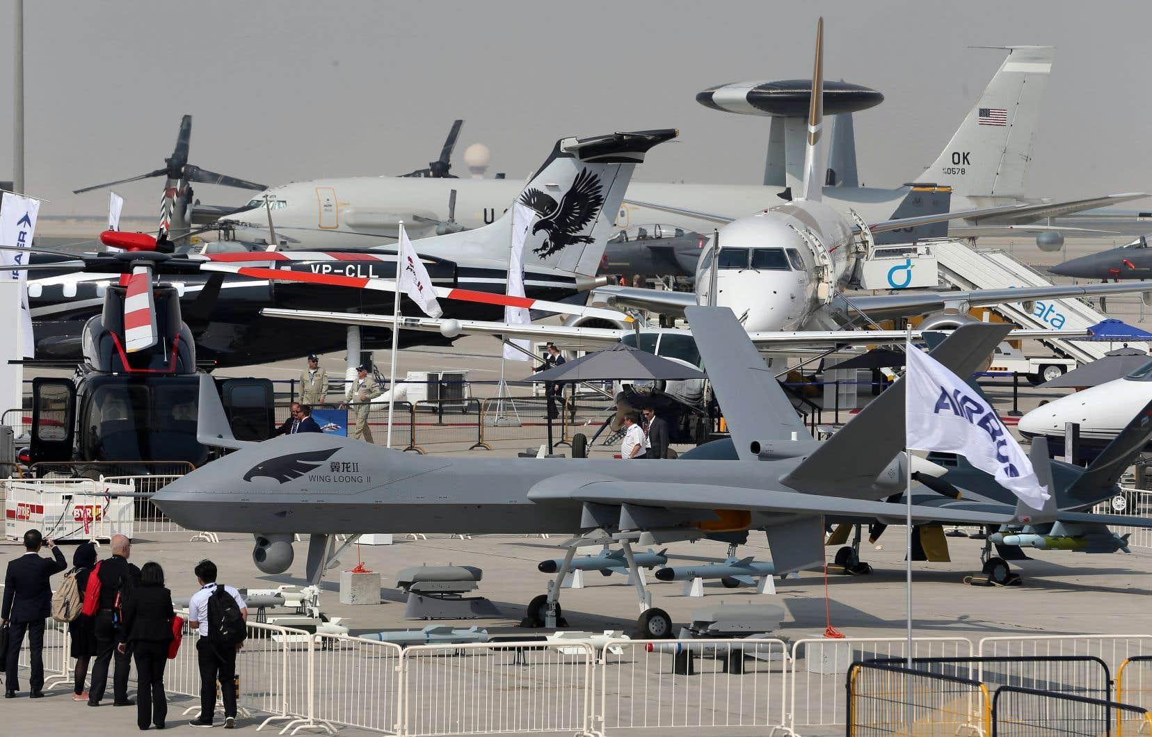 Au premier plan, un drone exposé au Salon aéronautique de Dubaï, en novembre 2017