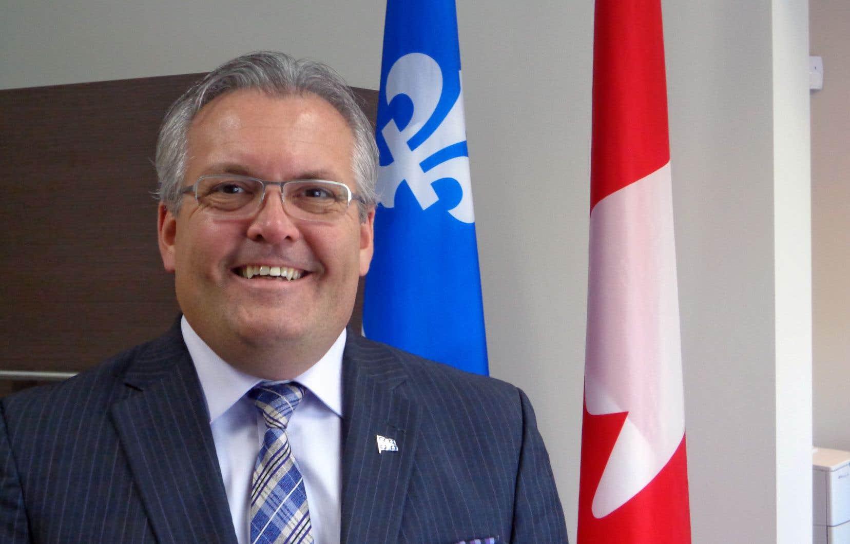 Le député libéral d'Argenteuil, Yves St-Denis, à son bureau de circonscription à Lachute, en février 2015