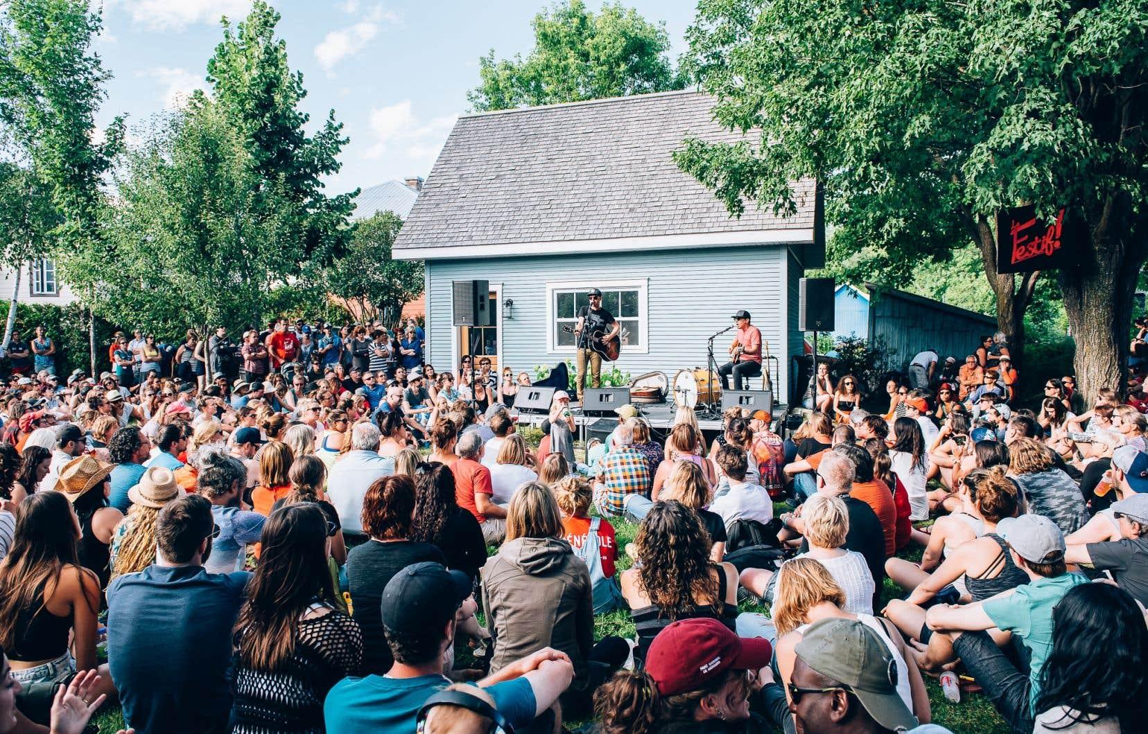 Pour le spectacle de Vincent Vallières, l'an dernier, il y avait foule dans la cour de Kim, une résidente de la municipalité.