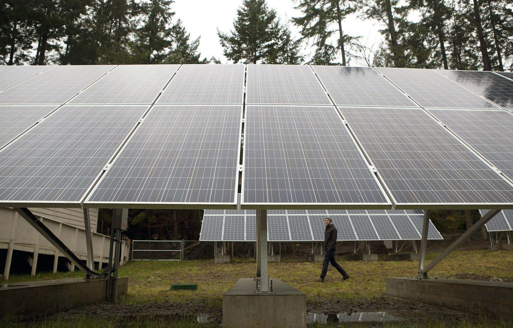 L'énergie solaire est de plus en plus populaire à travers la planète. Ci-dessus, les installations d'une école en Colombie-Britannique qui s'est convertie au solaire en 2016.