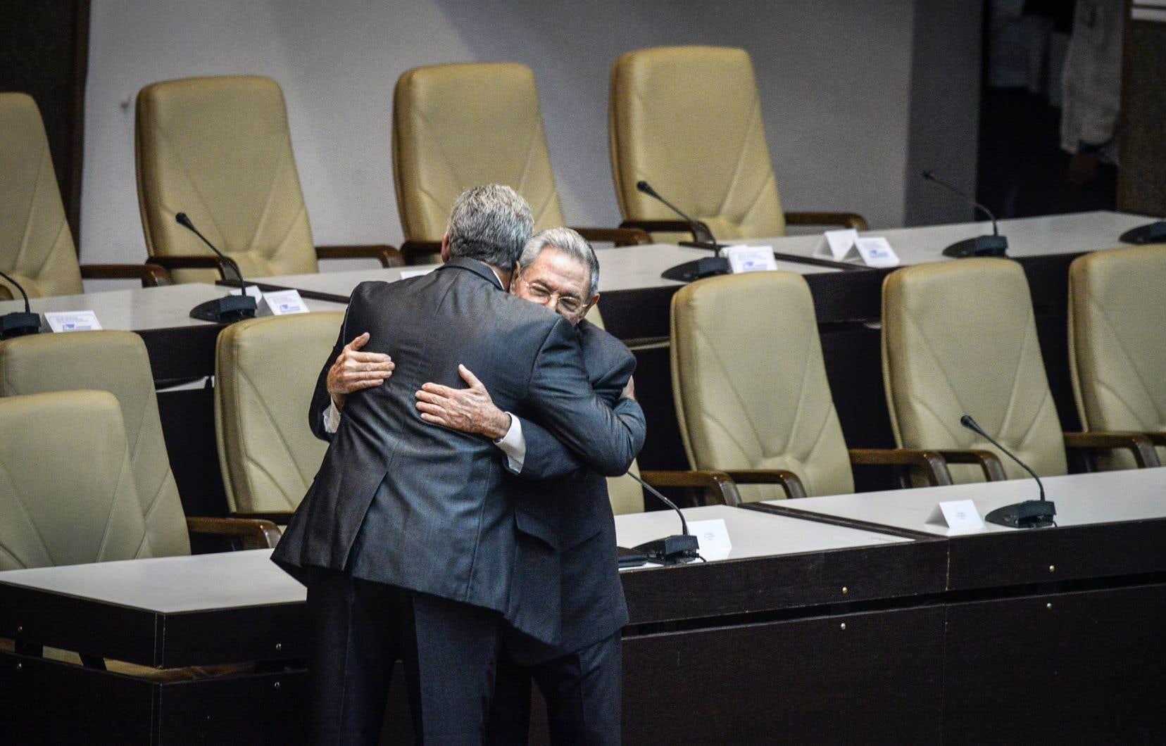 Le président sortant, Raúl Castro, enlaçant son successeur, Miguel Díaz-Canel, à l'Assemblée nationale de La Havane, jeudi