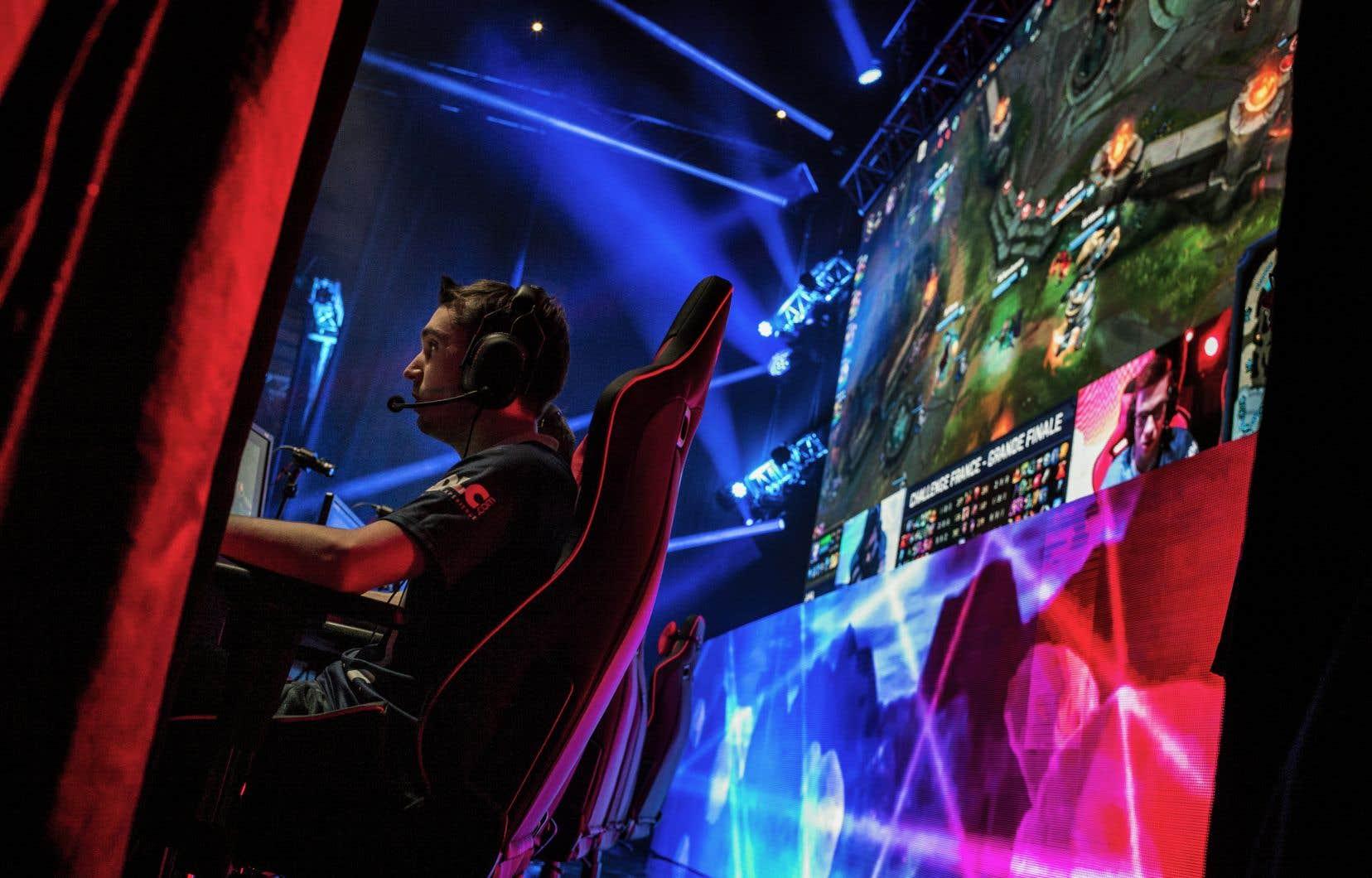 La plupart des compétitions de sport électronique dans le monde utilisent comme support des jeux vidéo éloignés du monde du sport, comme League of Legends, un jeu de stratégie, de loin le plus populaire.