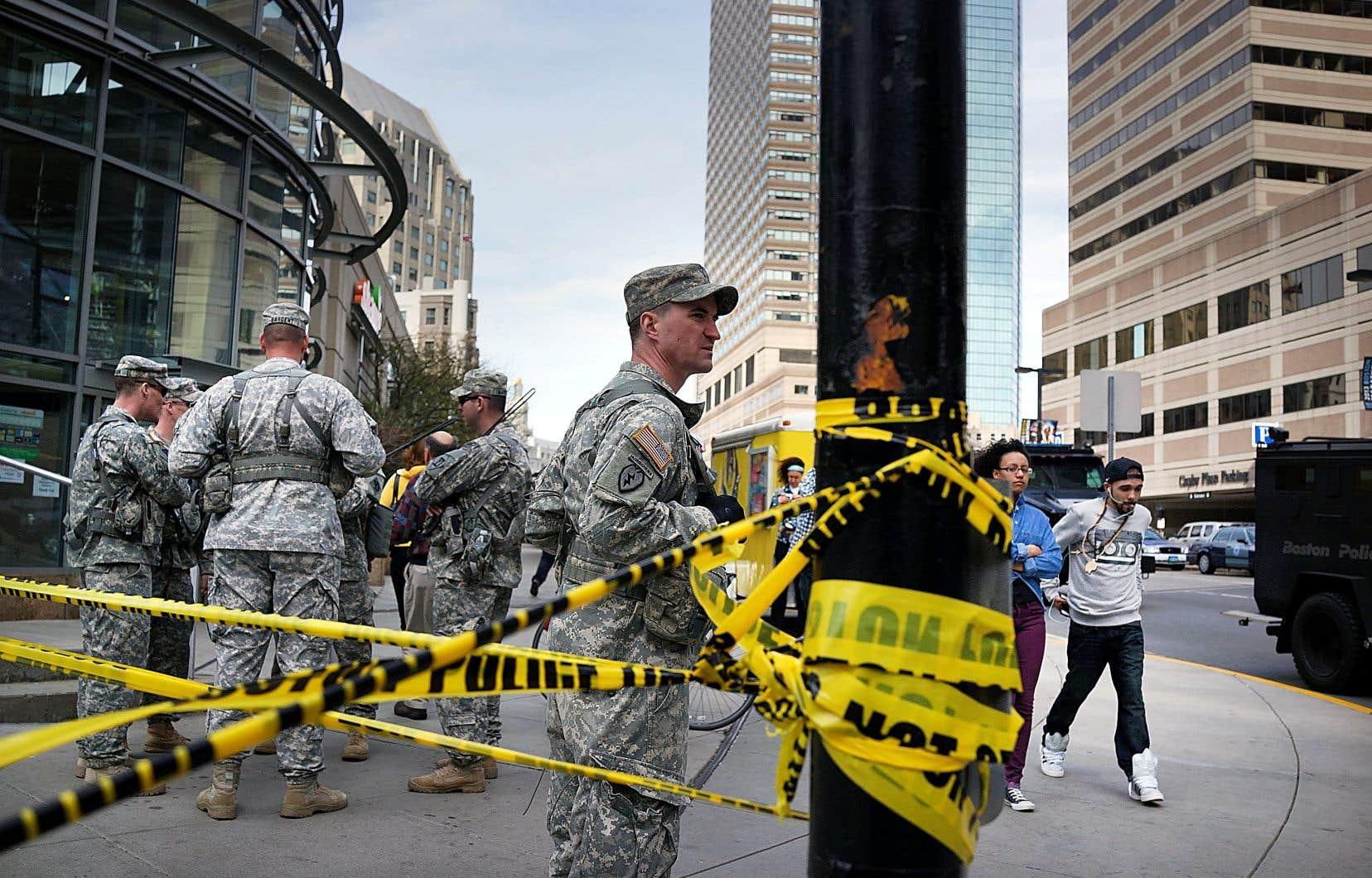 À Boston en 2013, des soldats américains montent la garde le long d'une rue après une attaque à la bombe survenue en plein marathon.