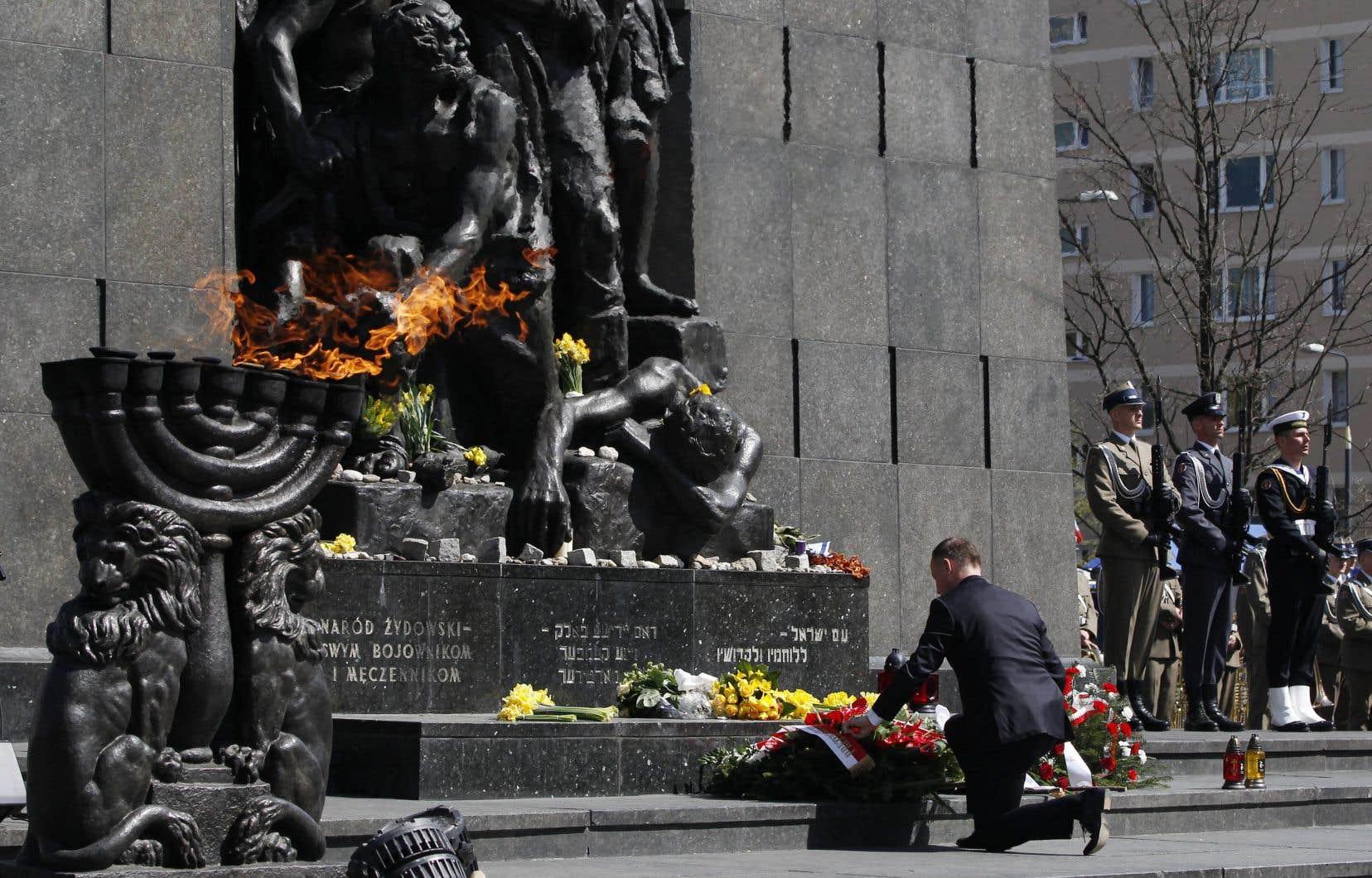 Le président polonais, Andrzej Duda, a déposé une couronne devant le monument aux héros du ghetto lors d'une cérémonie officielle jeudi.