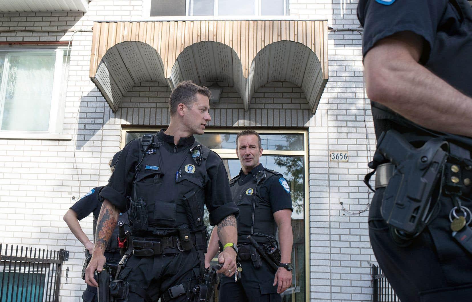 Les rapports entre policiers et citoyens seraient différents si les policiers ne portaient pas d'arme, surtout dans des secteurs qui ont un historique de rapports tendus, comme Montréal-Nord, avancent des experts.