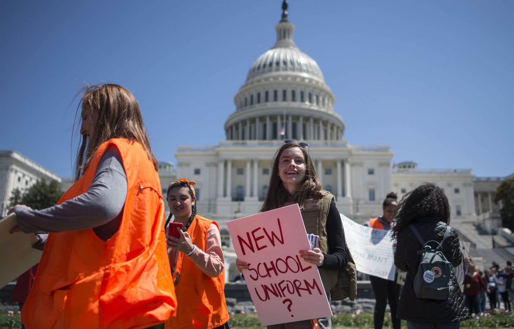 À Washington, plusieurs centaines de lycéens se sont rassemblés près de la Maison-Blanche, venus de la capitale fédérale et de sa région.