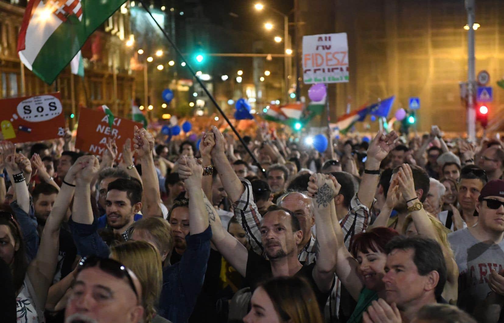 Au moins 30 000 personnes ont défilé à travers la capitale pour rejoindre un meeting où les orateurs ont exigé des médias publics non partisans.
