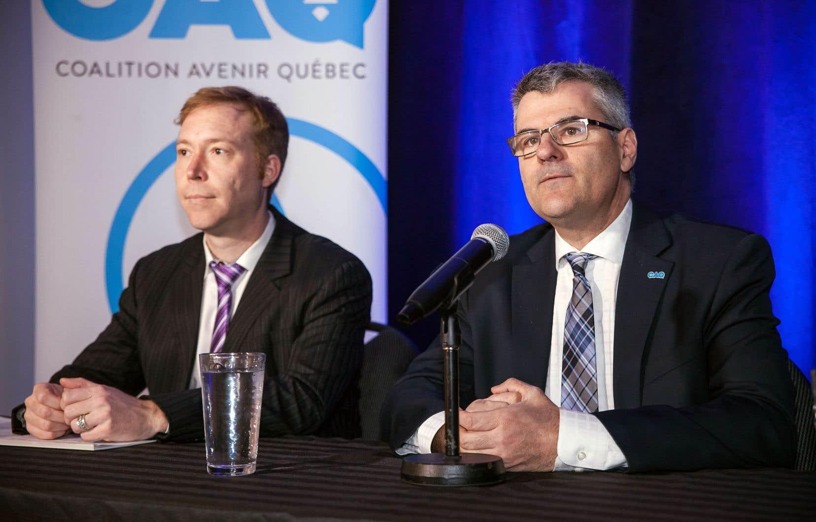 Le candidat caquiste dans Saint-Jérôme, Youri Chassin (à gauche), aux côtés du député Éric Caire