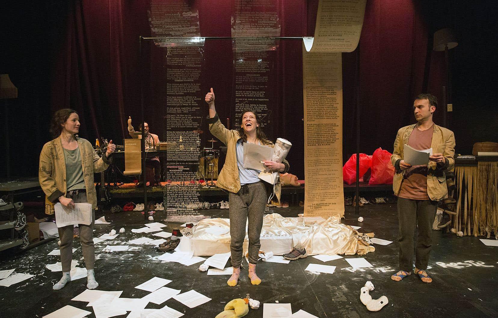 Soutenu par la musique de Nicolas Letarte-Bersianik, présent sur scène, le texte se scande, se chante, se narre, se danse.