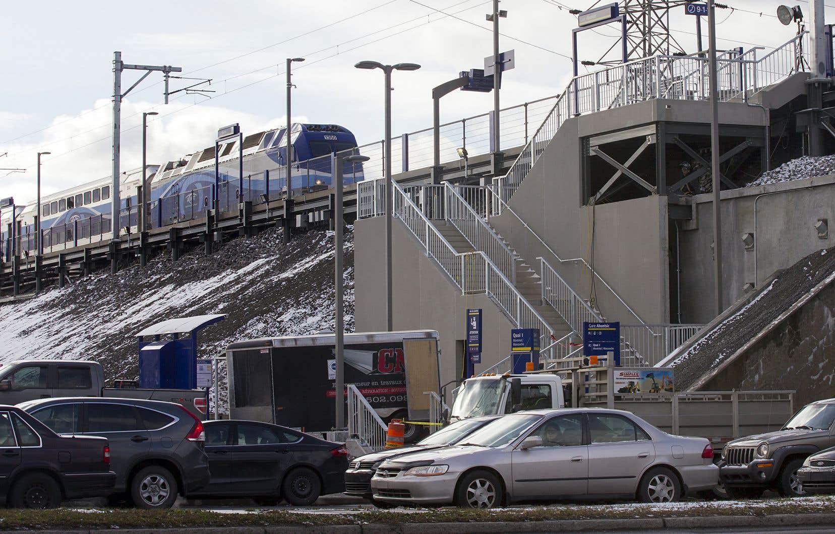 Au Québec, des centaines de milliers de travailleurs quittent tous les jours la banlieue pour aller travailler en ville. Ils sont plus de 385000 qui convergent vers les zones d'emplois à Montréal.