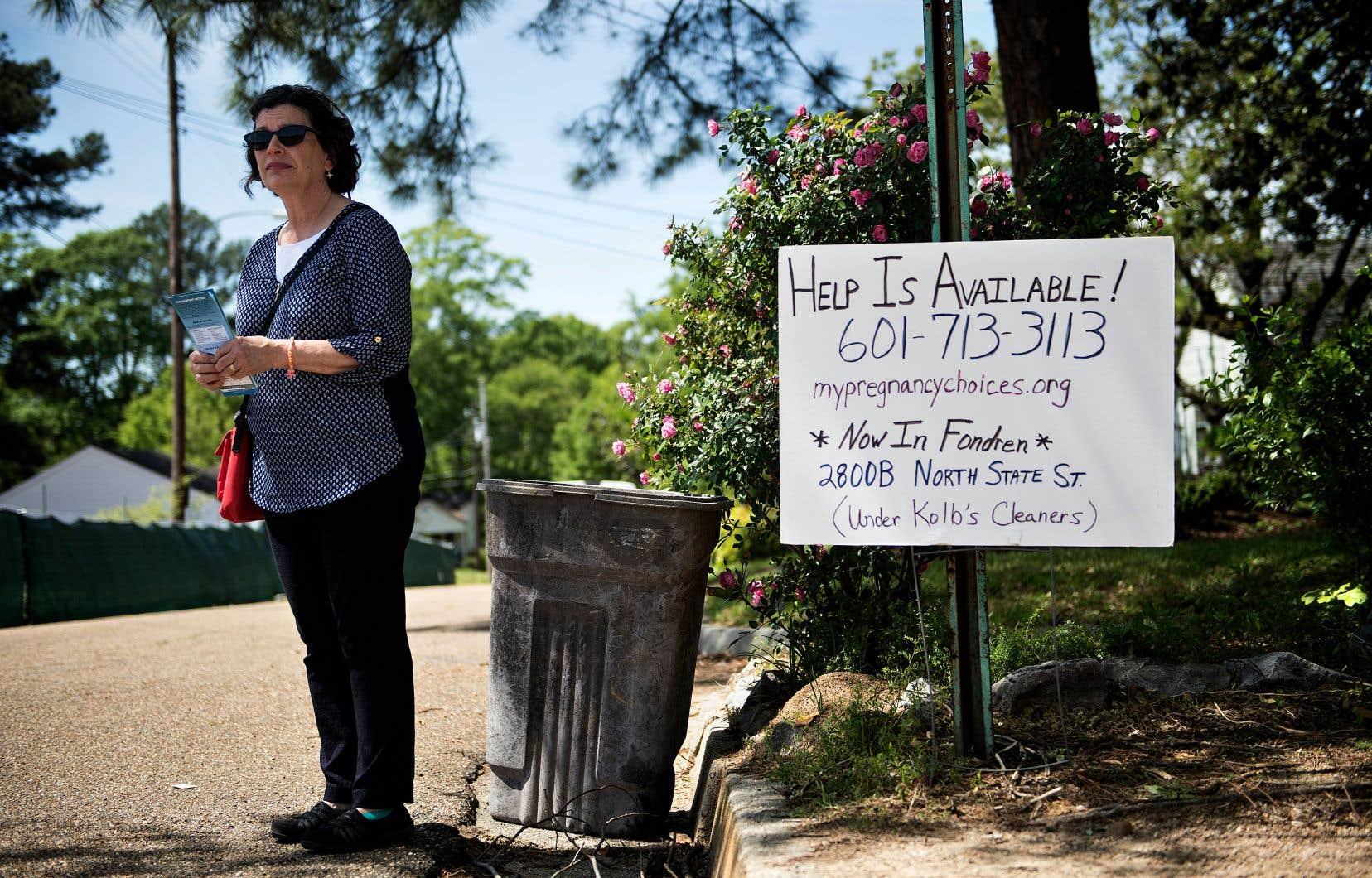 Une militante pro-vie, photographiée le 5avril dernier, attend les patientes qui se rendent à la clinique d'avortement de Jackson, au Mississippi.
