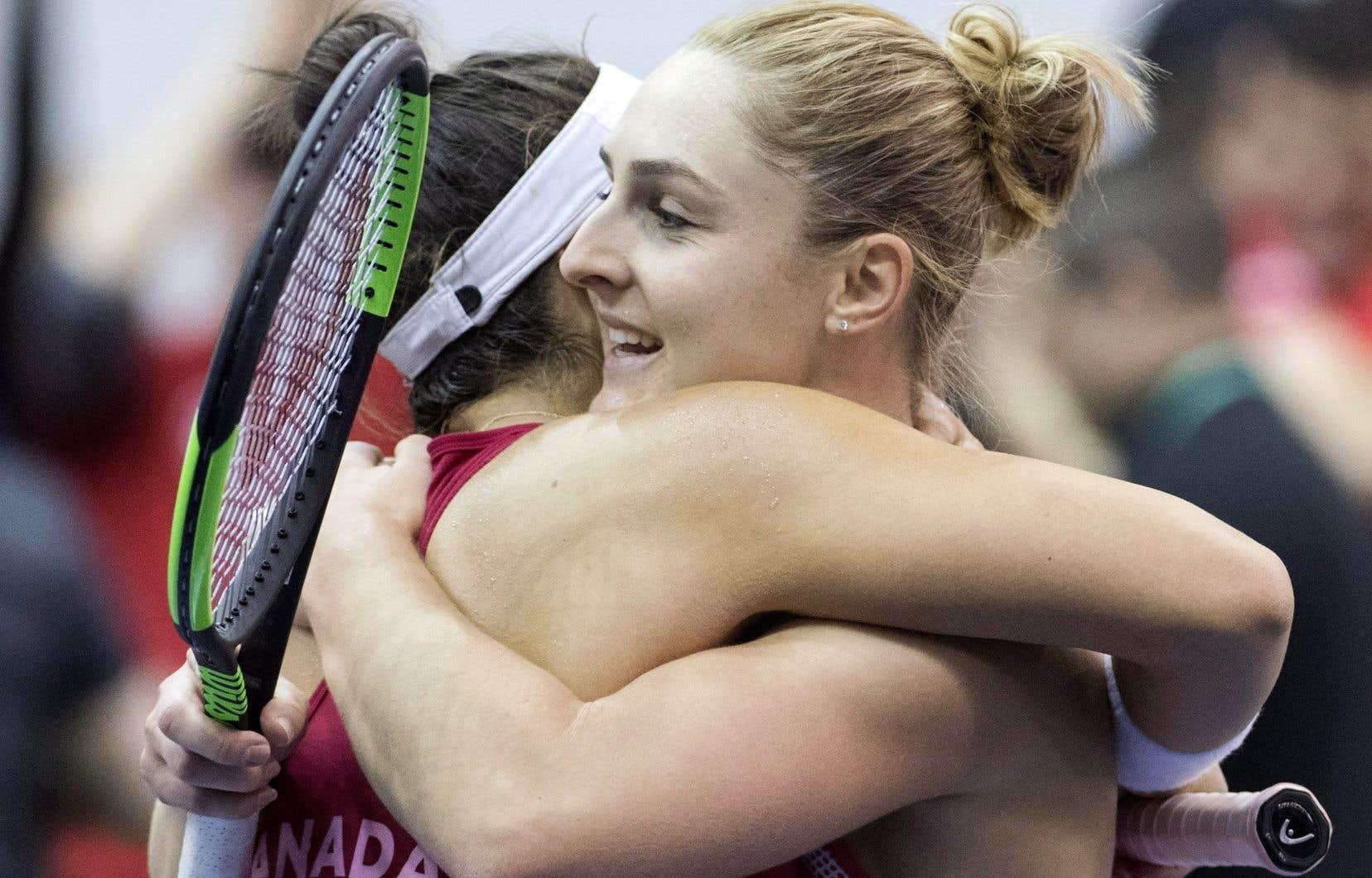 Gabriela Dabrowski et Bianca Andreescu ont uni leurs forces devant Kateryna Bondarenko et Olga Savchuk pour procurer la victoire au Canada.
