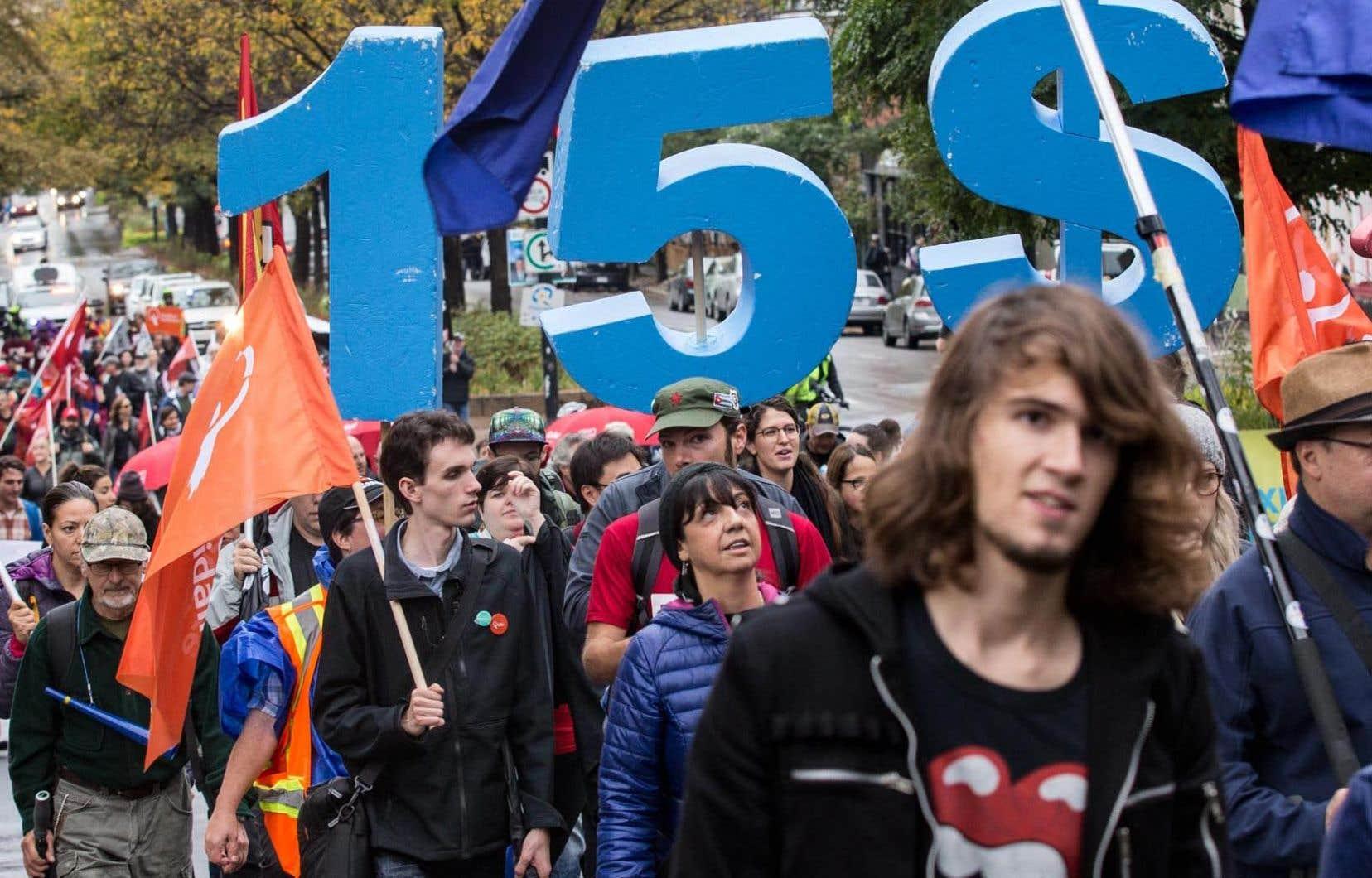 Un salaire plus élevé rend les employés d'entreprises plus productifs, souligne l'auteur.Sur la photo, des manifestants se sont réunis l'automne dernier pour réclamer un salaire minimum de 15$.