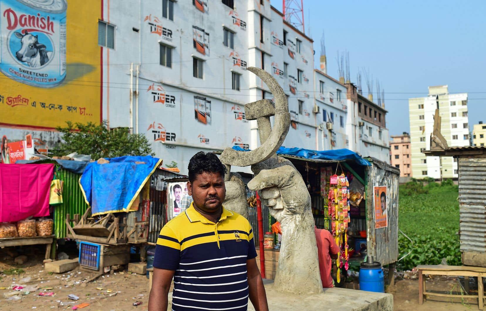 Le leader syndical Mohammad Ibrahim devant le site de l'usine textile Rana Plaza à Savar, au nord-ouest de la capitale bangladeshie, Dhaka.
