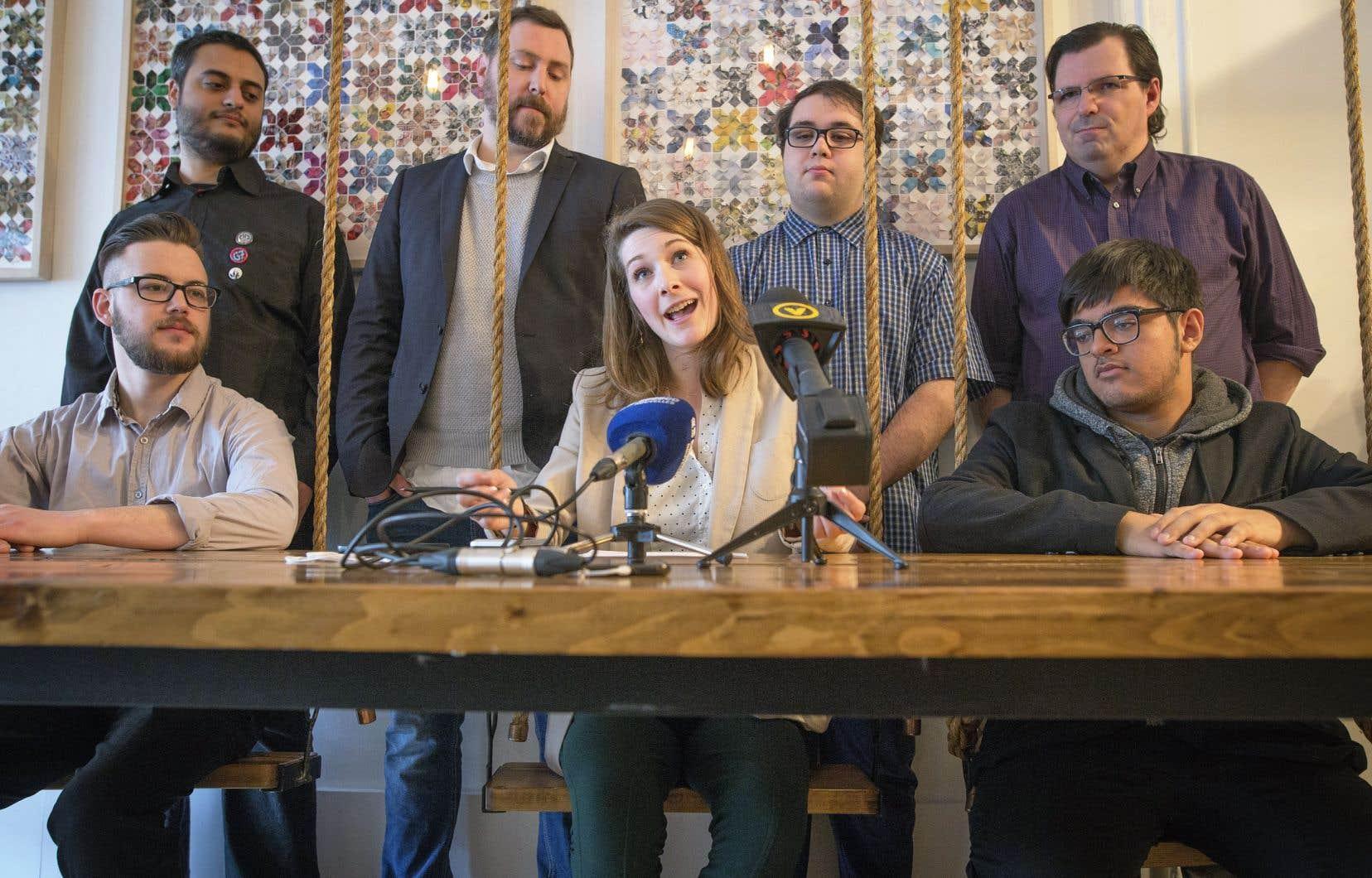 Des membres du Bloc québécois menés par la présidente du forum jeunesse, Camille Goyette-Gingras, ont présenté la semaine dernière le projet de «refondation» de la formation politique.