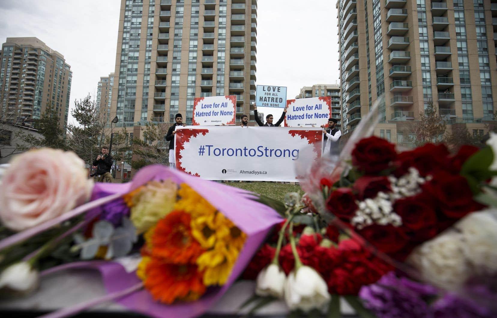 Des rassemblements se sont tenus sur les lieux de l'attaque, mardi, en soutien aux victimes et à leurs familles.