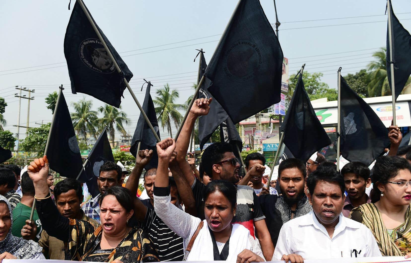 Des manifestants pour les droits des travailleurs et pour des peines pour les responsables ont défilé dans le quartier où se tenait autrefois l'immeuble.