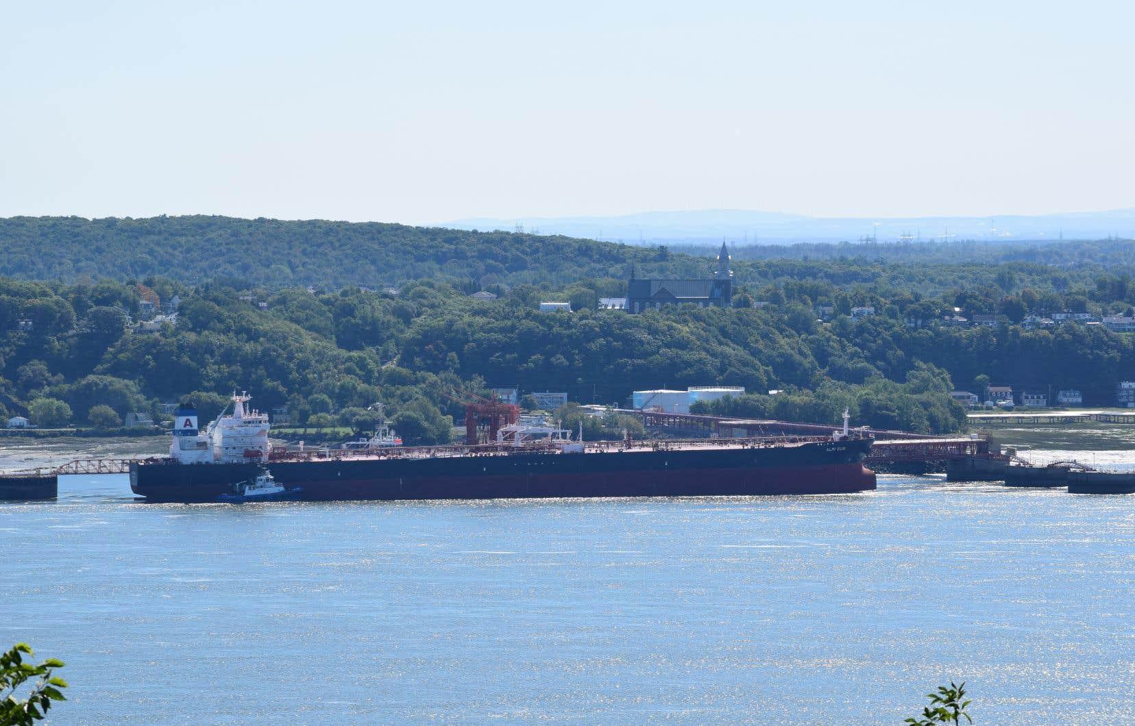 Le déversement d'hydrocarbures est survenu à partir d'un navire amarré au quai de Valero, à Lévis.