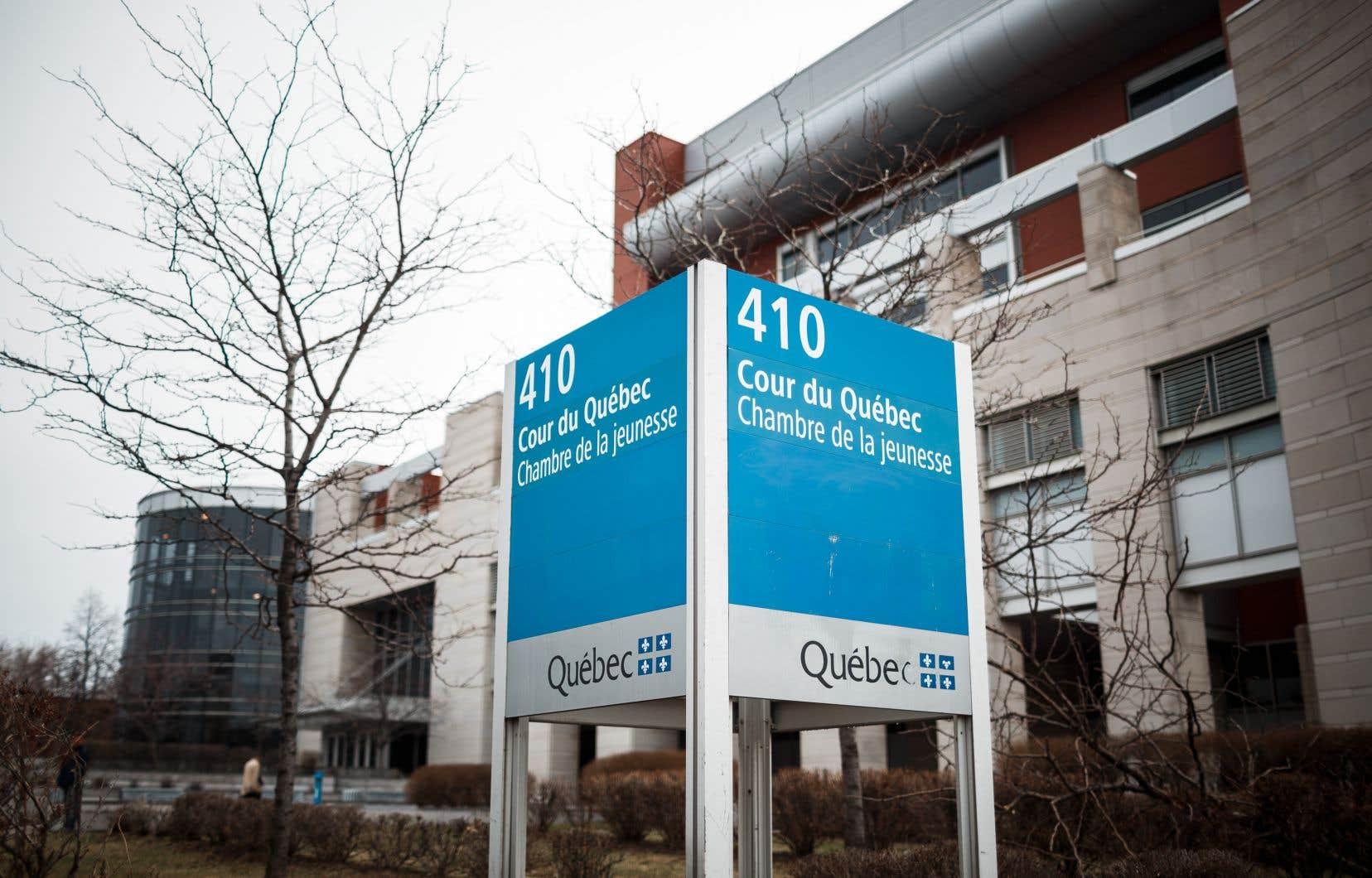 Trois adolescents, deux garçons et une fille âgés de 13 à 15ans, font face à de graves accusations en lien avec un viol collectif survenu à Montréal-Nord le mois dernier.