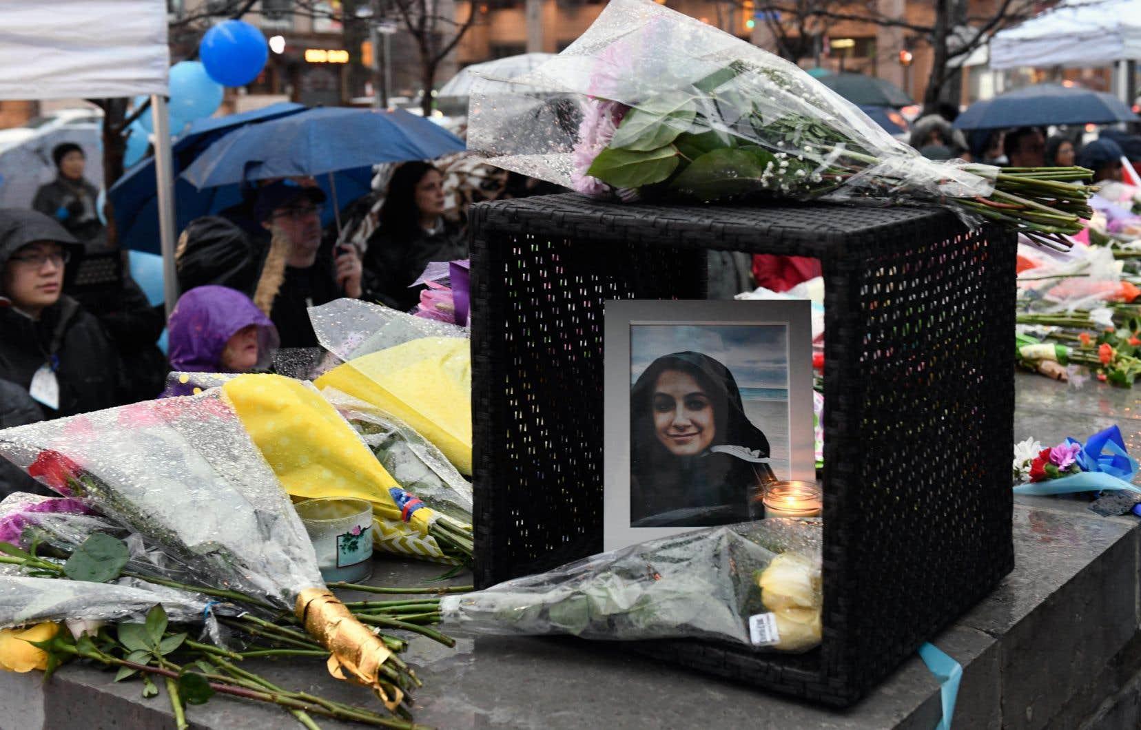 Une photo d'Anne Marie D'Amico, tuée lors de l'attaque au camion-bélier lundi, a été déposée au milieu des fleurs sur la rue Yonge.