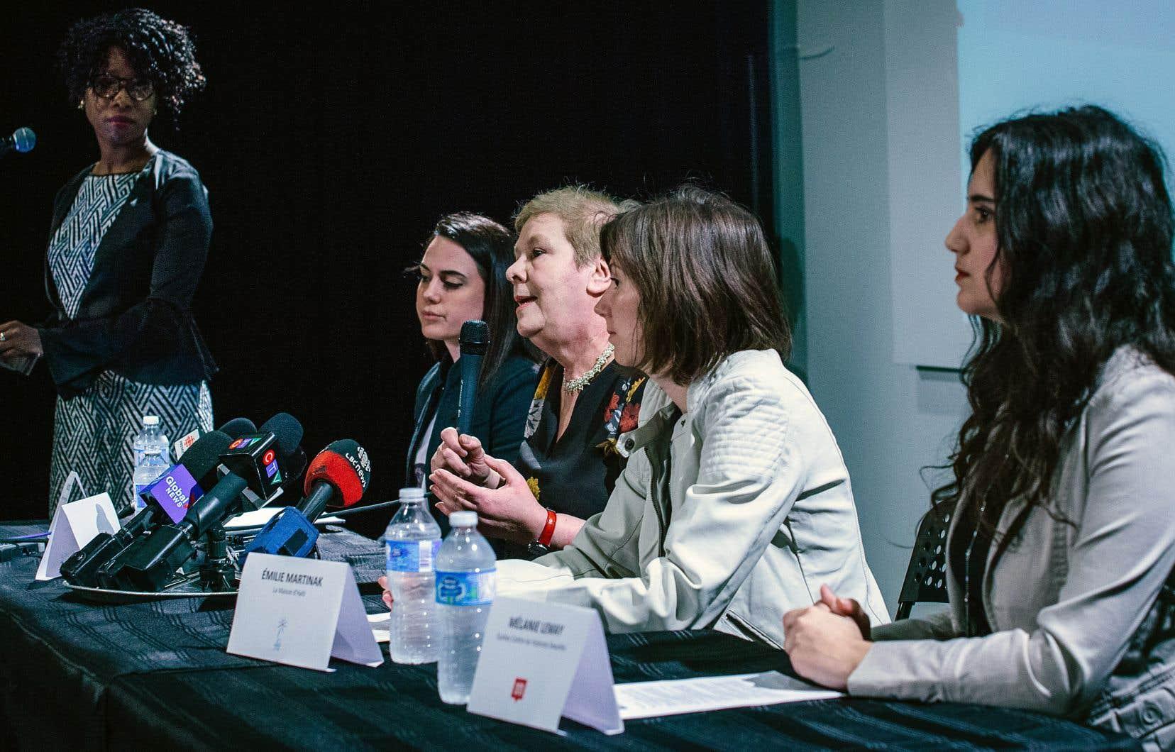 Des organismes ont parlé d'une seule voix pour réclamer du gouvernement du Québec qu'il fasse des gestes concrets pour contrer le harcèlement et les agressions sexuelles dans les écoles primaires et secondaires. Sur la photo, les représentantes de cette coalition: Dorothy Alexandre, Vicky Zois, Lilia Goldfarb, Émilie Martinak, Mélanie Lemay.