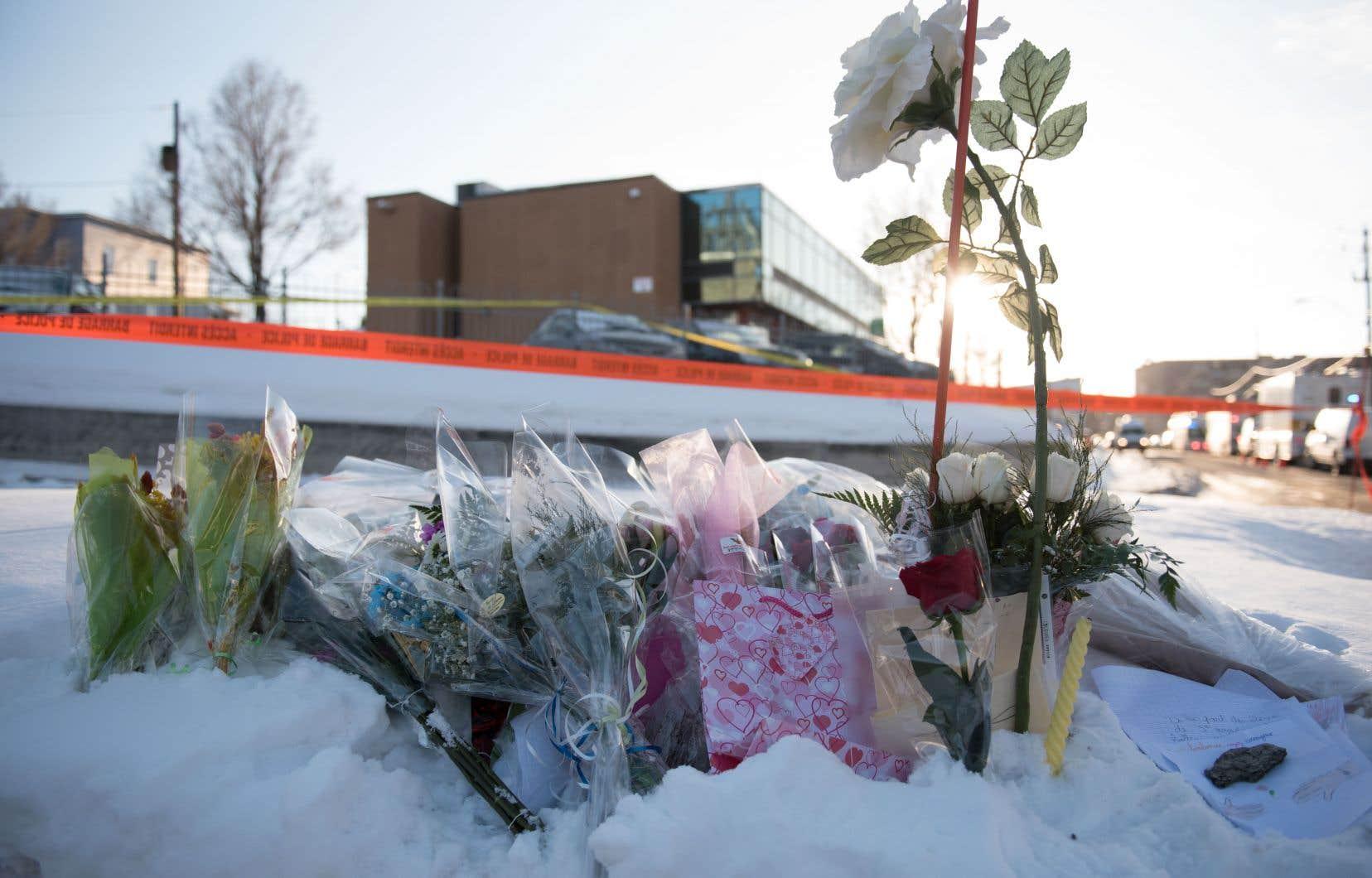 Des fleurs sont disposées sur un lieu de recueillement spontané près du Centre culturel islamique à Québec, le 30 janvier dernier.