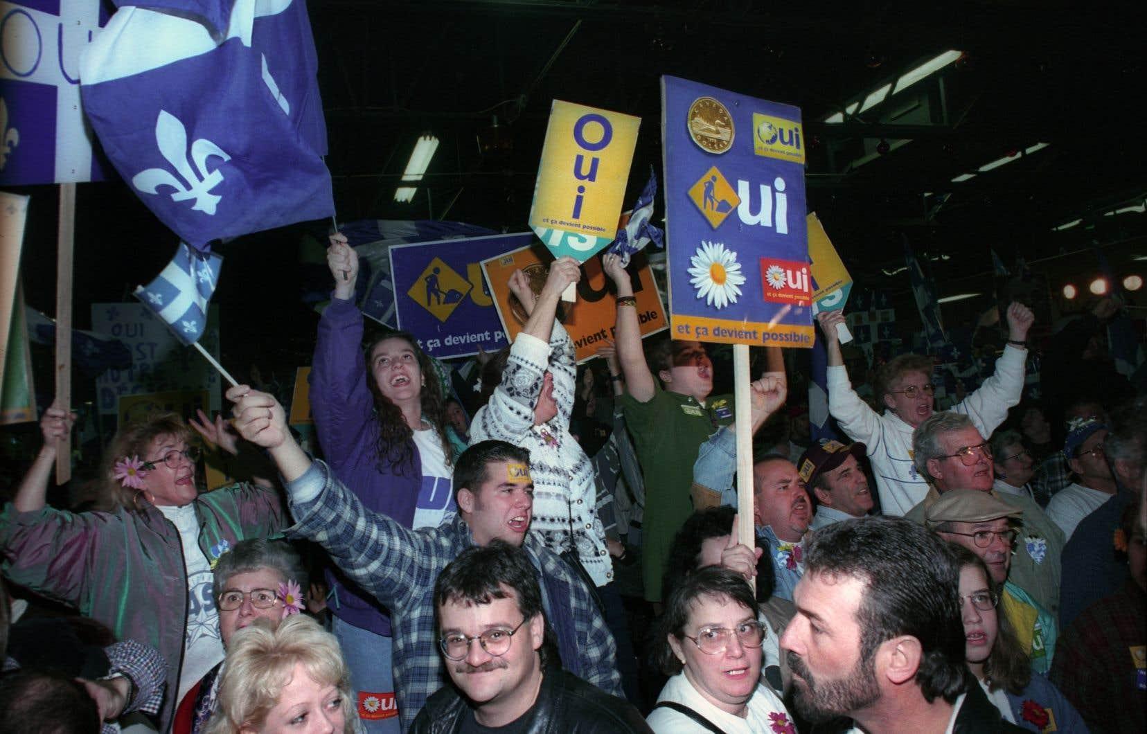 Des partisans du «Oui» sont réunis à Longueuil, le 29 octobre 1995.
