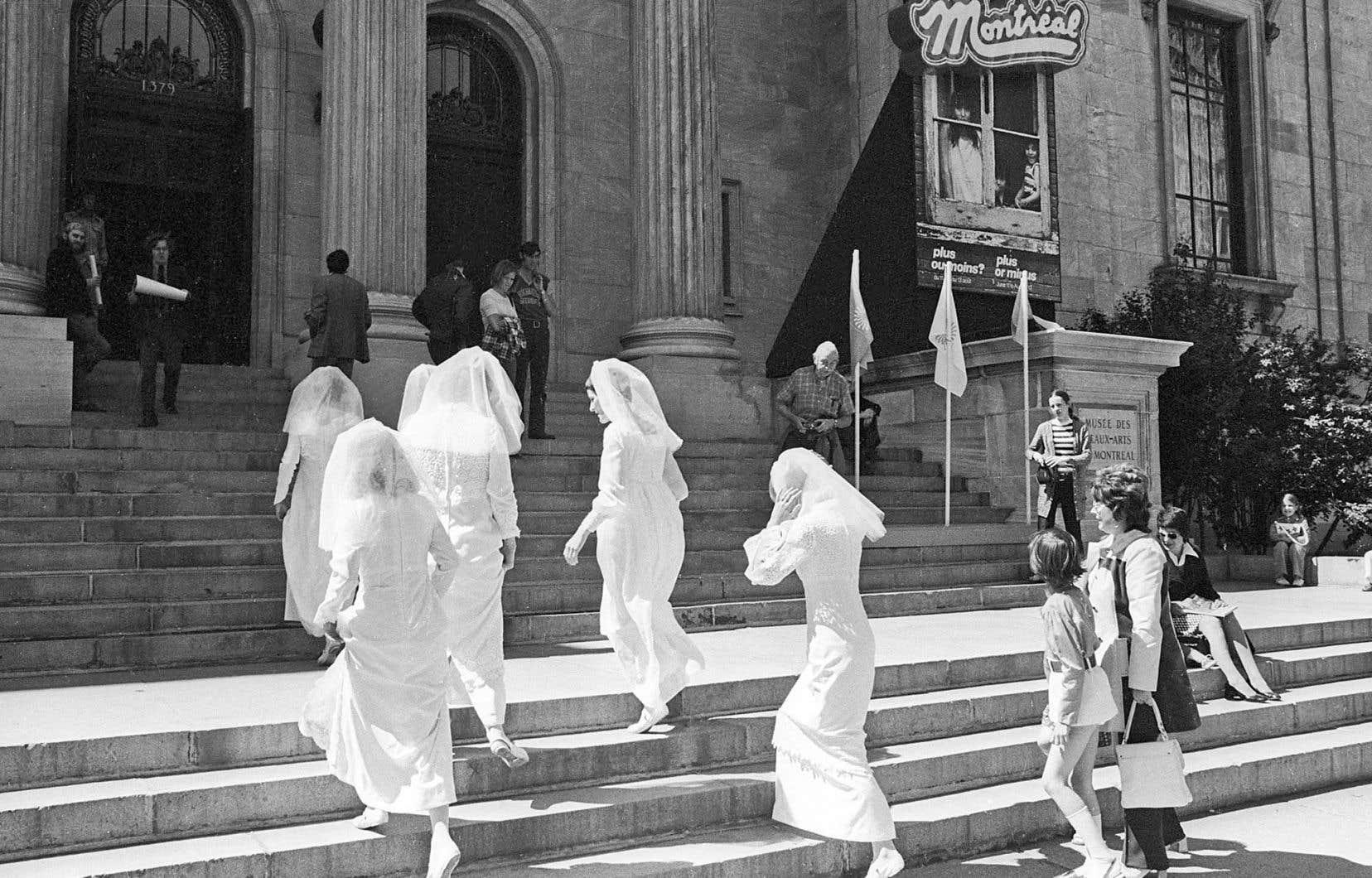 Groupe Mauve, «La femme et la ville», performance lors du vernissage de «Montréal, plus ou moins?» devant le Musée des beaux-arts de Montréal, 11 juin 1972. Avec l'aimable permission de Lise Landry.