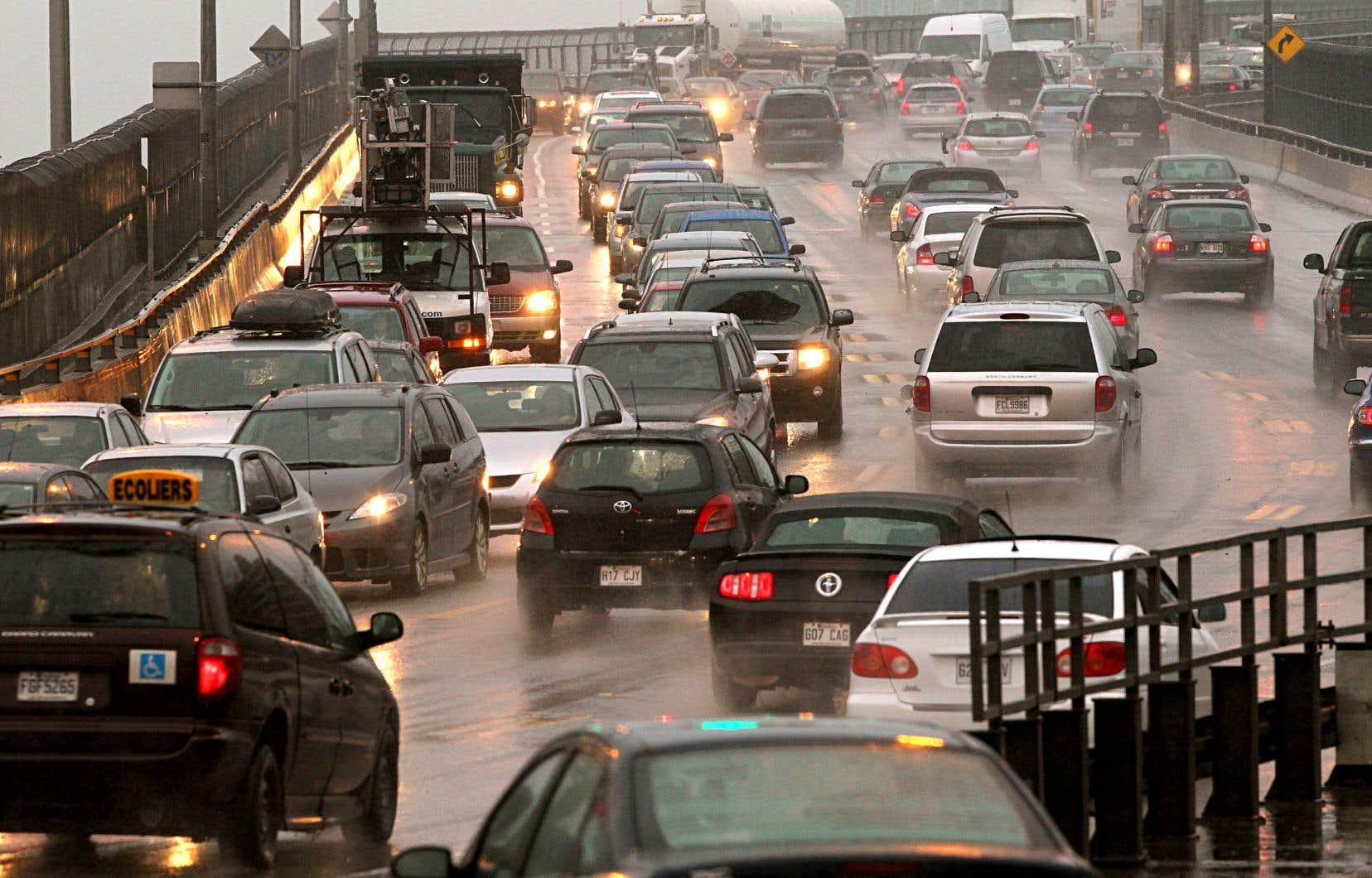 Toute augmentation de 1% du réseau autoroutier se traduit par une augmentation égale à 1% du nombre de kilomètres parcourus sur ce même réseau, rappelle l'auteur.