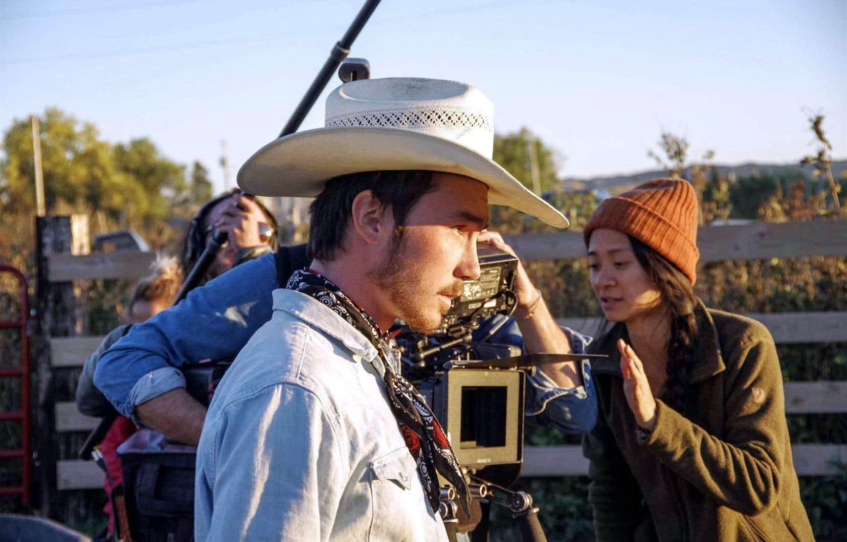 «J'ai rencontré Brady [à l'avant-plan] en 2015. J'ai tout de suite été captivée par sa présence», raconte la réalisatrice, ici à droite, en retrait, entre deux scènes.